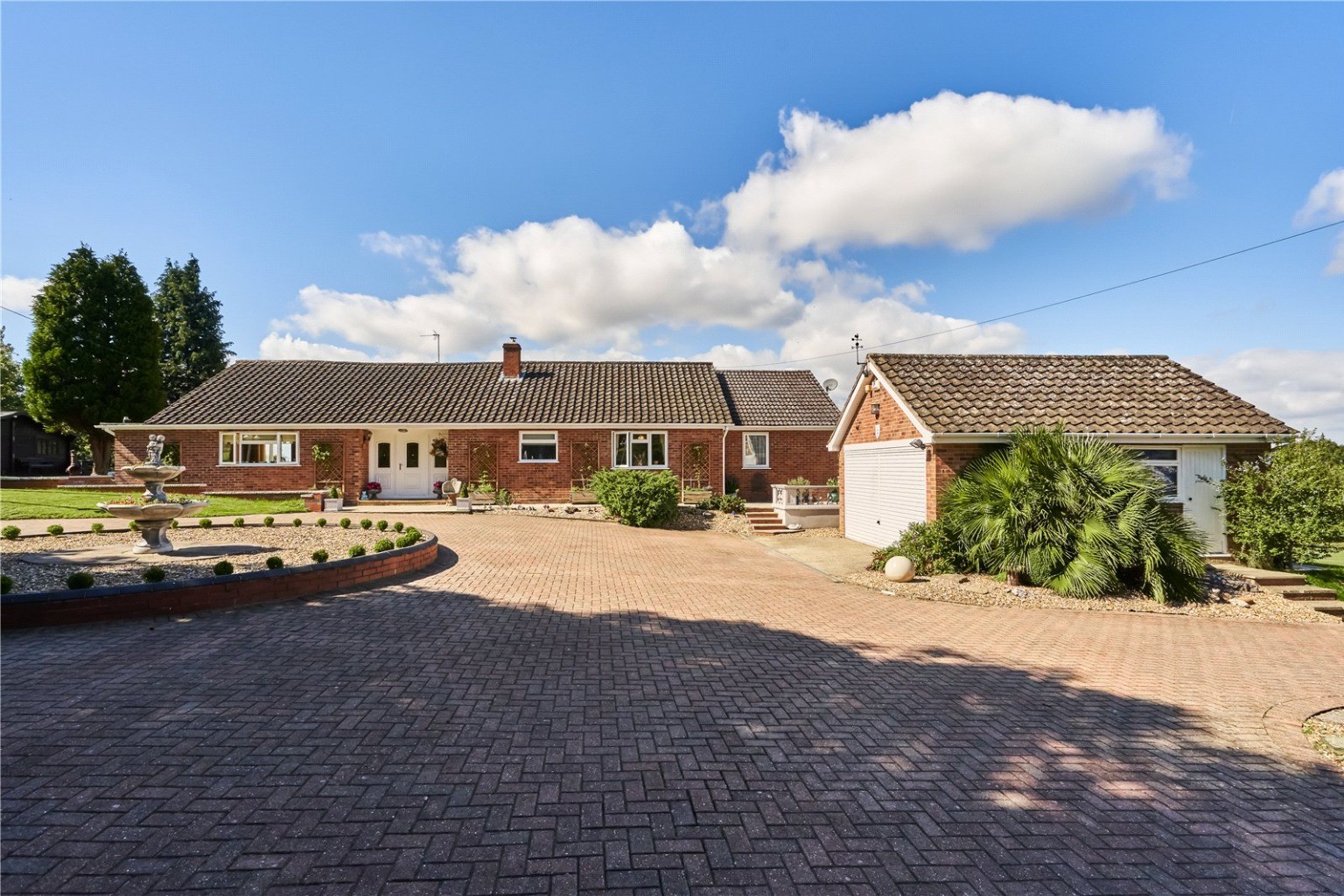 Set well back from the road, and wrapped in three acres of hugely versatile land, Lingdale sits in a very peaceful and private elevated position on Paxton Hill, with far reaching views over the surrounding countryside.