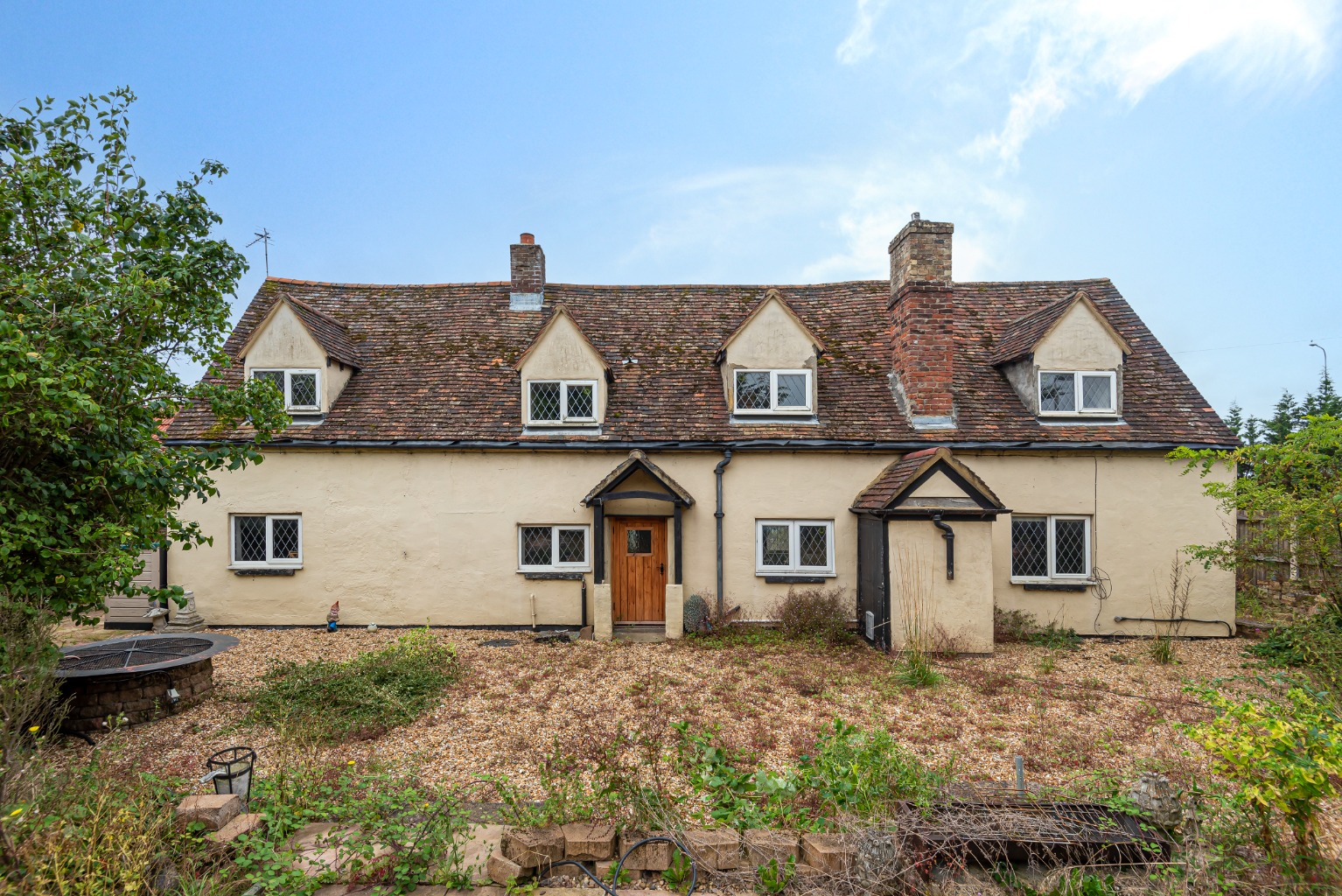 Signature Homes is delighted to offer a fantastic opportunity to acquire this very pretty, three-hundred-year-old, cottage occupying a substantial plot, including five acres of paddocks in the village of Wyboston.