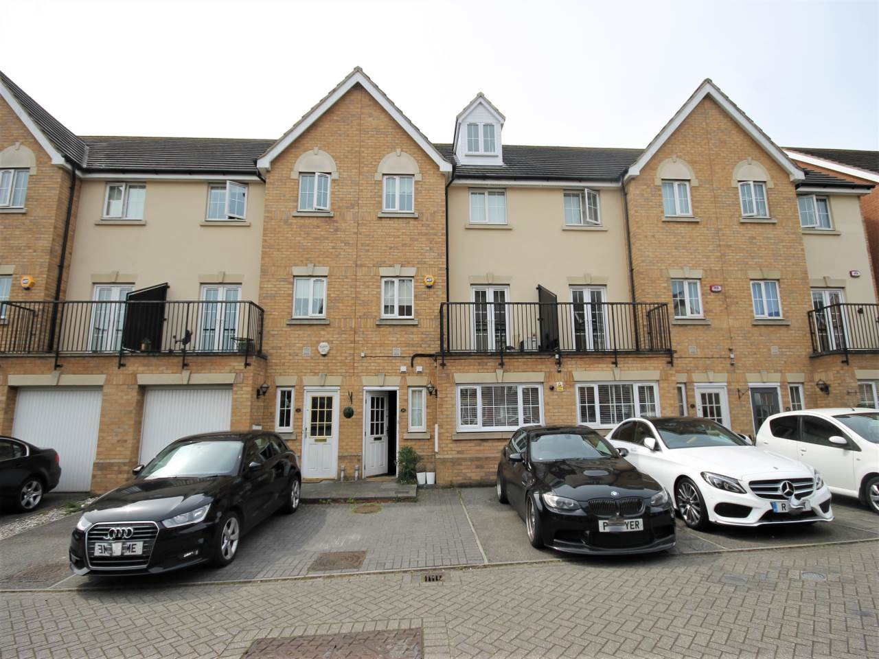 5 bed house to rent in Ilford, IG6
