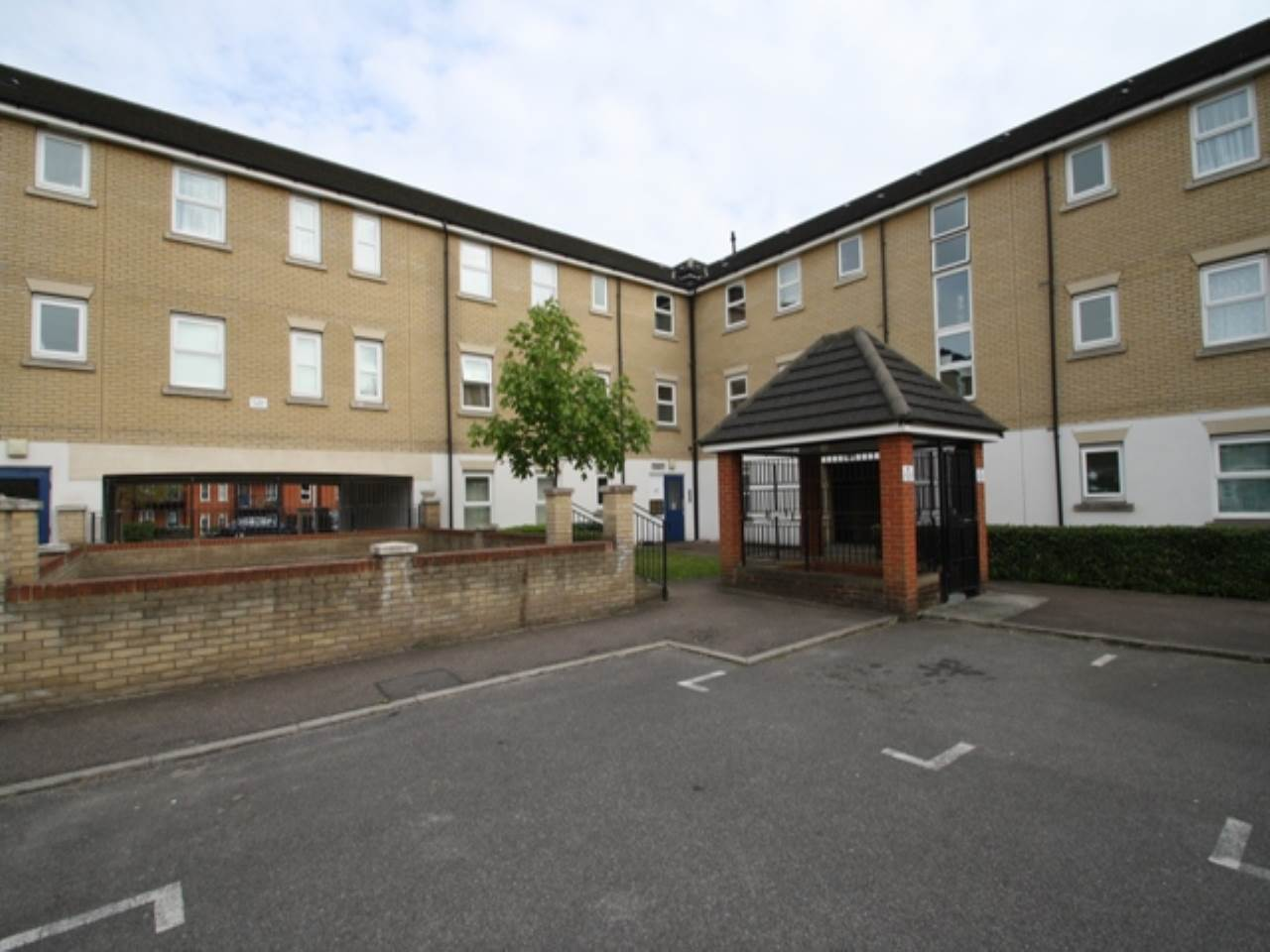 1 bed flat to rent in Framlingham Court, Chadwell Heath, RM6