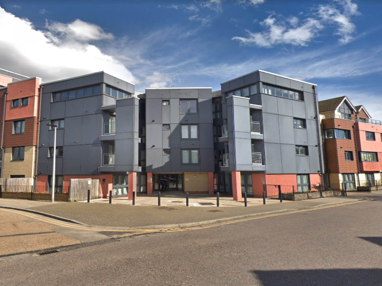 Studio flat to rent in Bramley Crescent, Ilford  - Property Image 1
