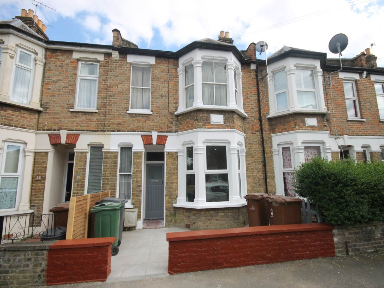 2 bed flat to rent in Albert Road, Leyton, E10