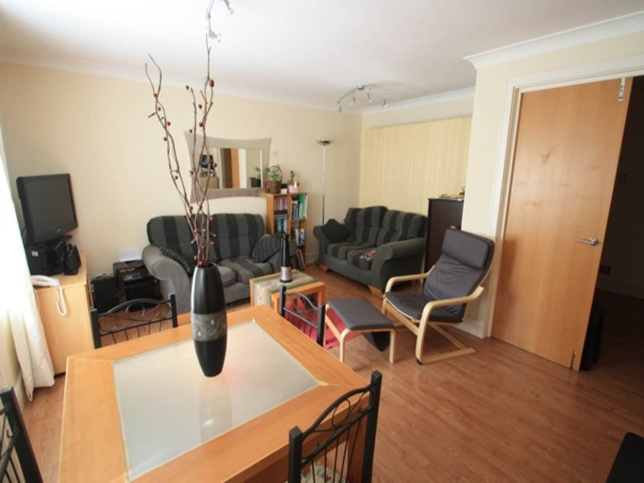 2 bed flat to rent in Horseshoe Close, E14