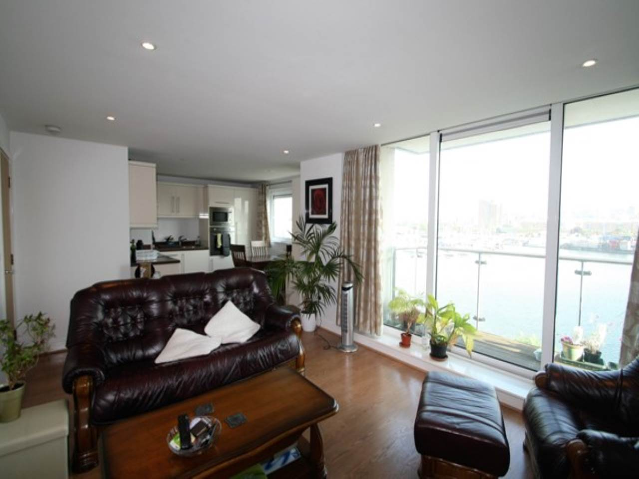 2 bed flat to rent in Basin Approach  - Property Image 1