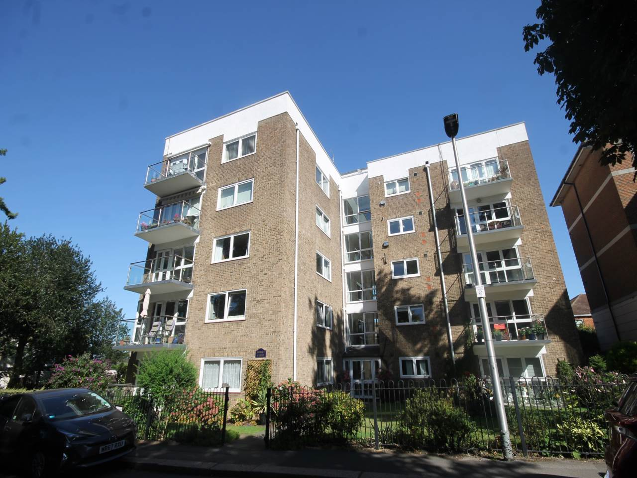 2 bed flat to rent in Sunset Avenue, IG8