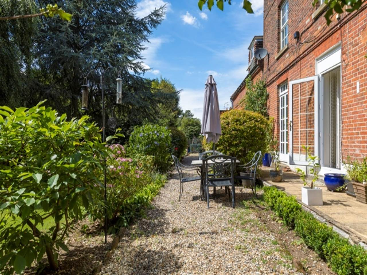 2 bed flat for sale in Spriggs Oak, Palmers Hill  - Property Image 16