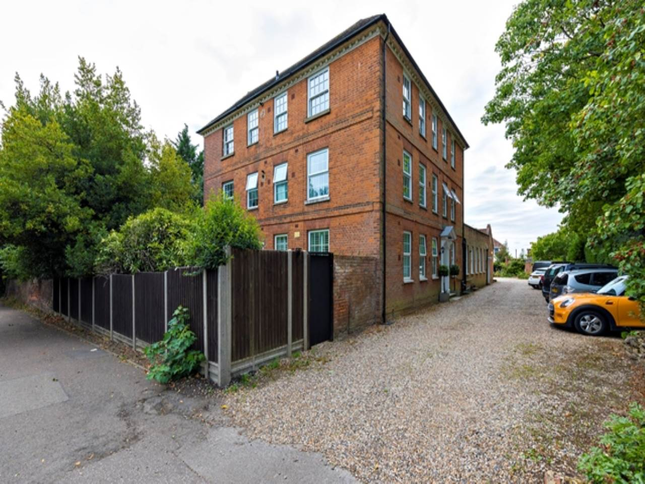 2 bed flat for sale in Spriggs Oak, Palmers Hill - Property Image 1