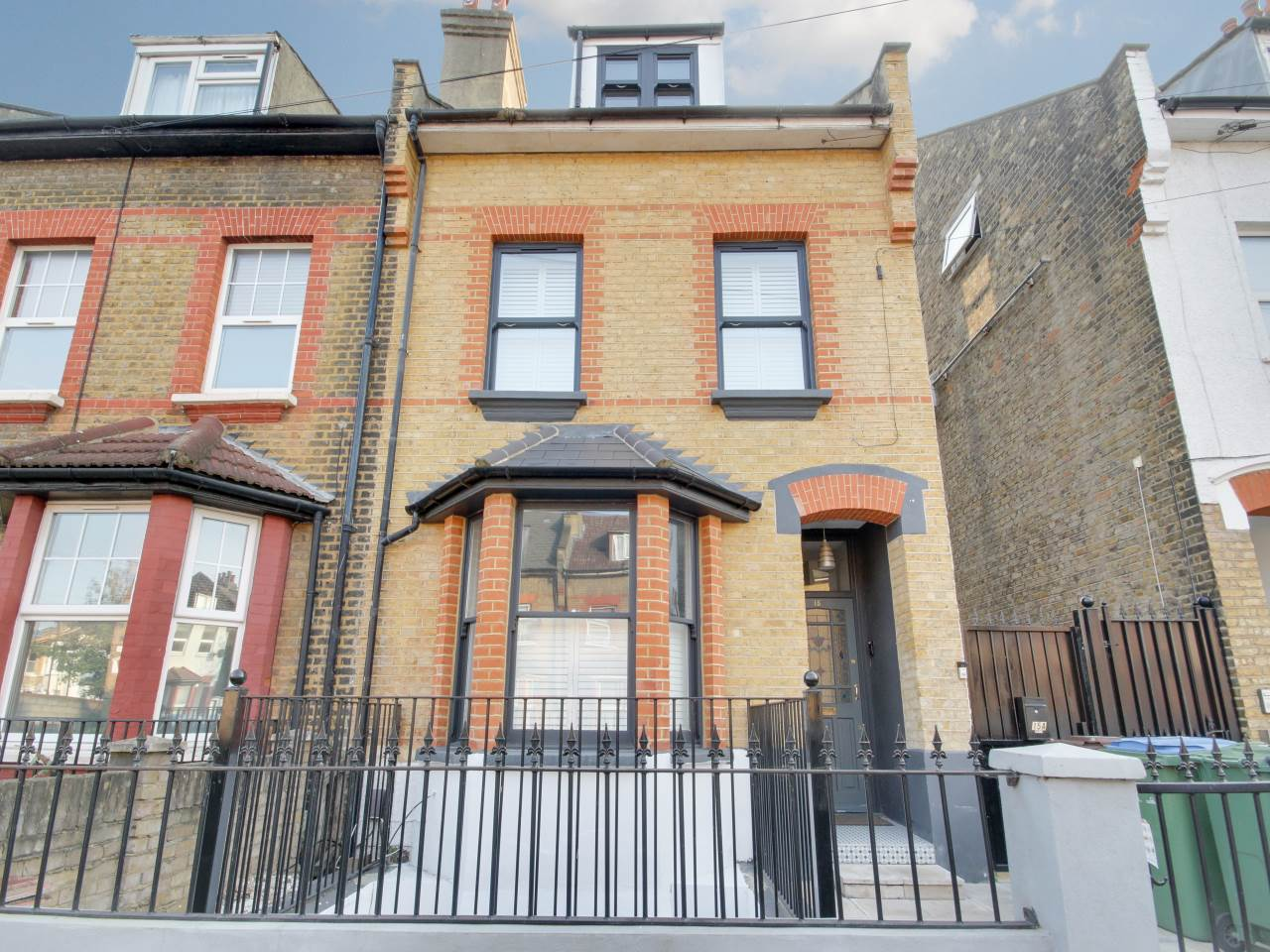 2 bed flat for sale in Walthamstow, E17