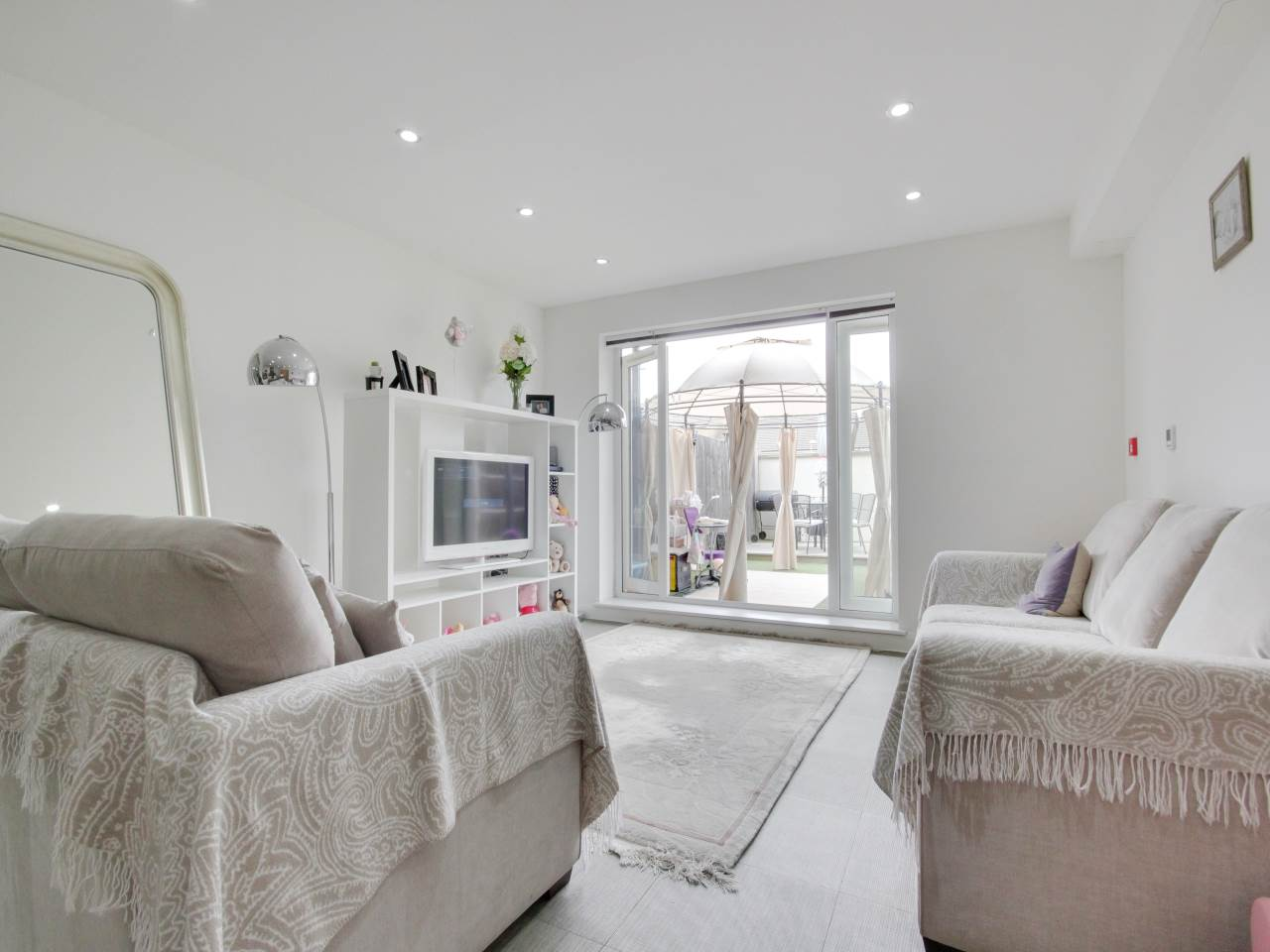 2 bed flat for sale in Wanti Terrace , Chigwell  6