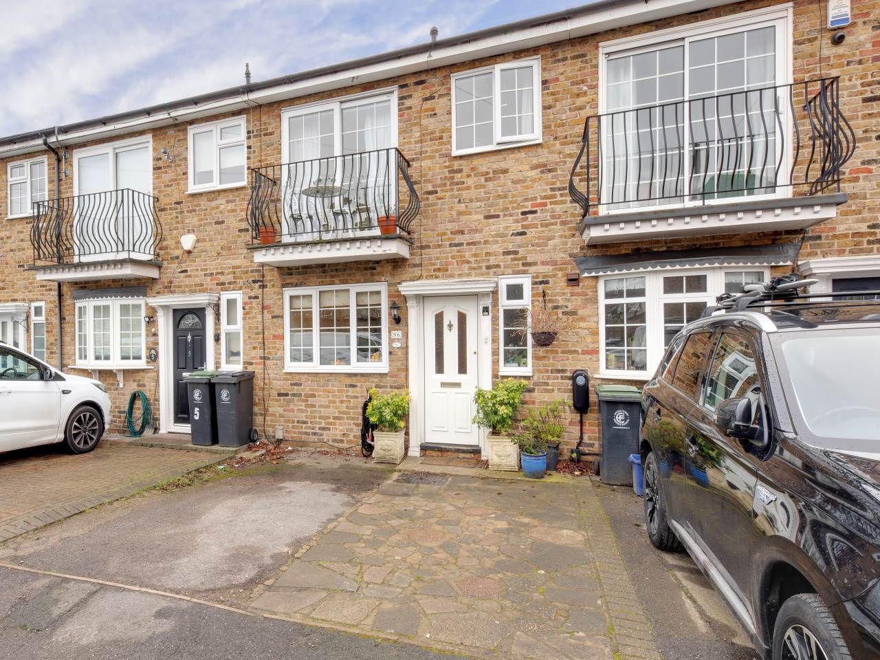 3 bed terraced house for sale in Faversham Close , Chigwell  - Property Image 1