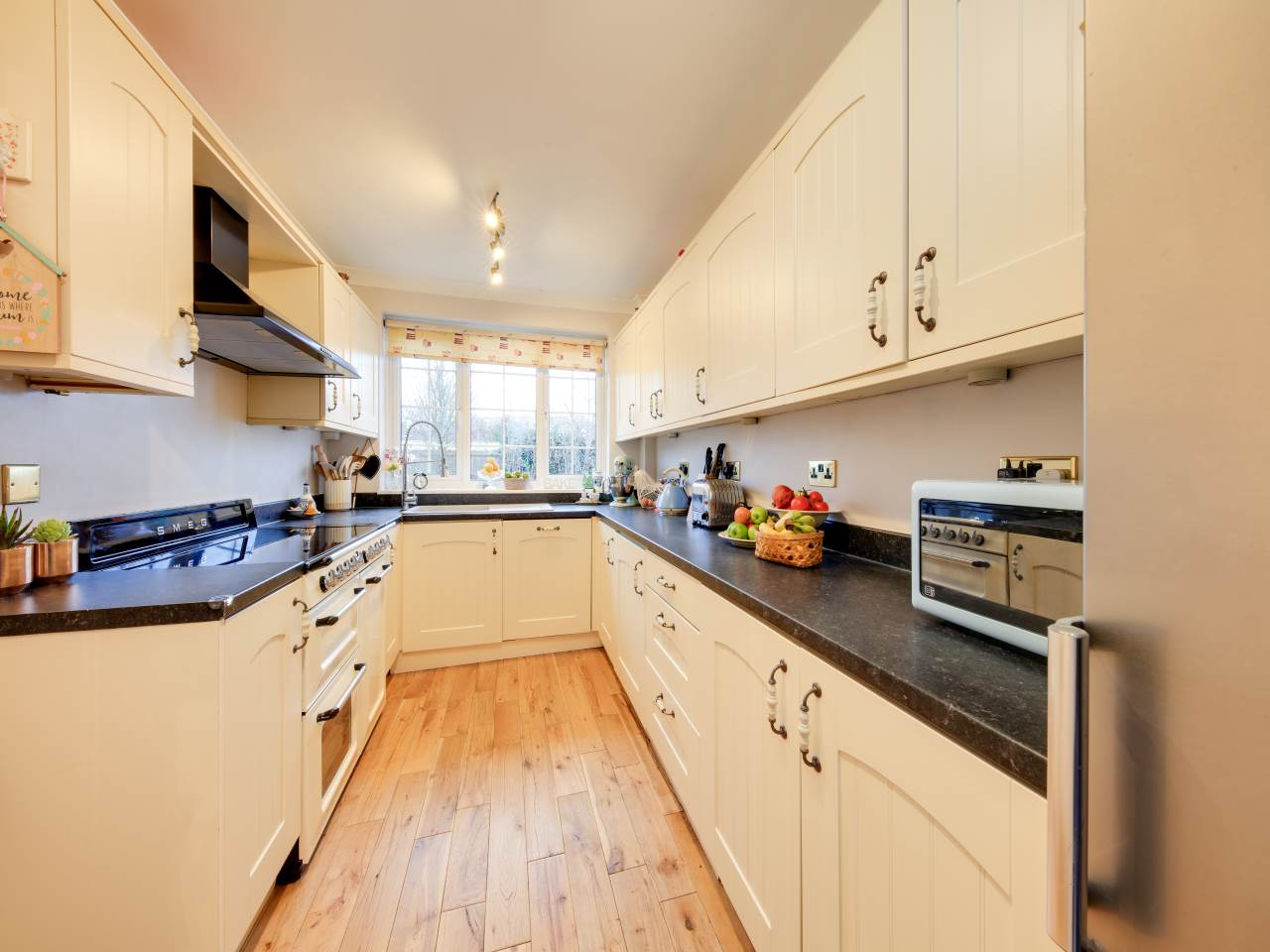 3 bed terraced house for sale in Faversham Close , Chigwell   - Property Image 3