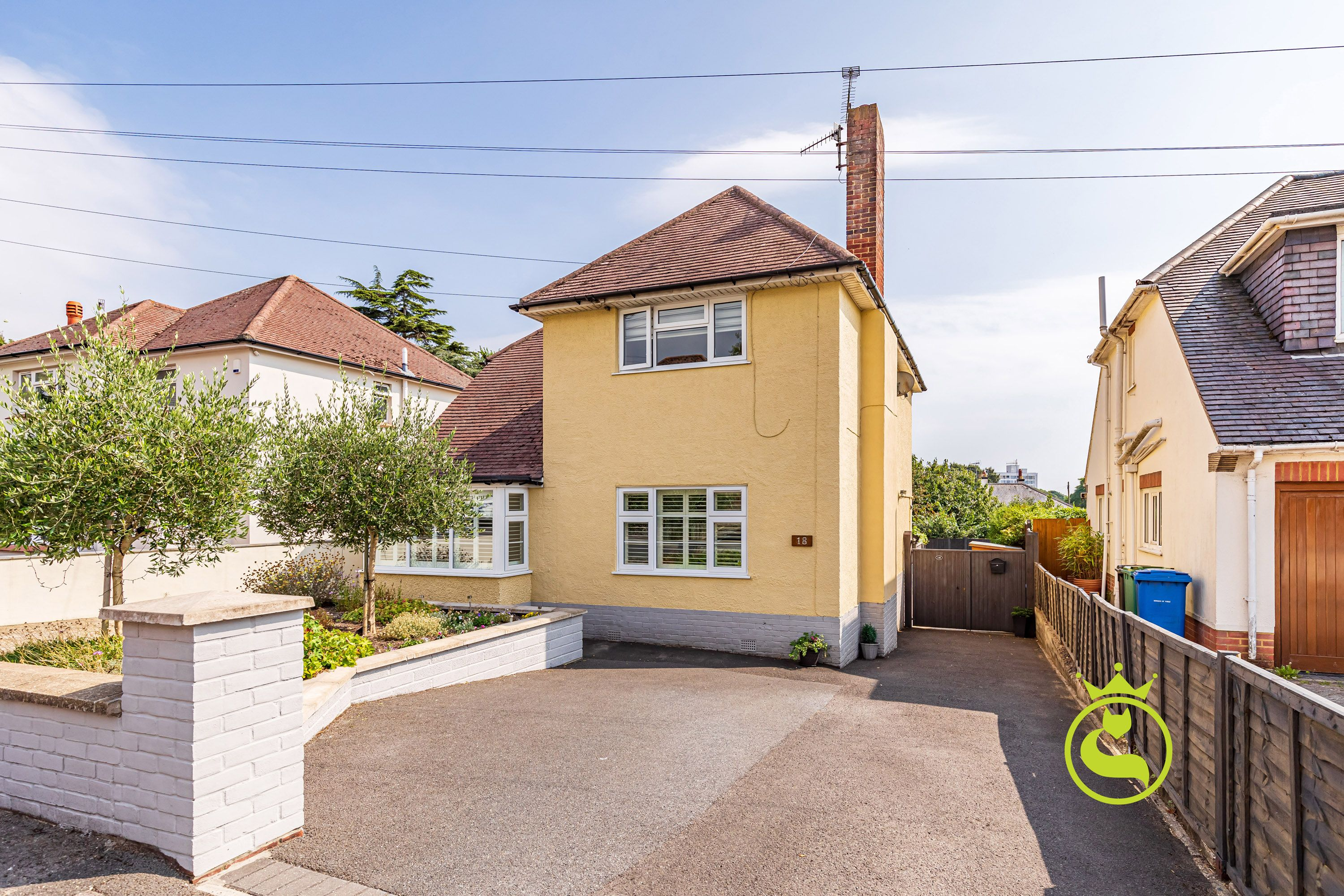 A well presented two bedroom ground floor converted flat with its own entrance, driveway & private sunny garden. NO CHAIN