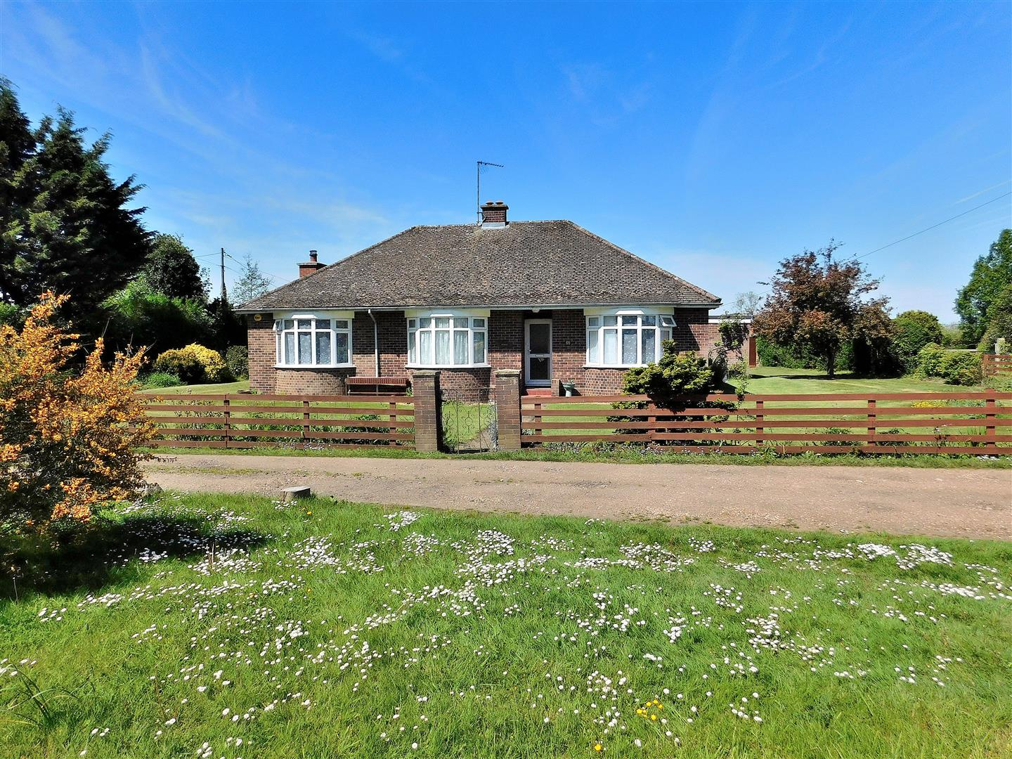 3 bed detached bungalow for sale in King's Lynn, PE33 0NB - Property Image 1