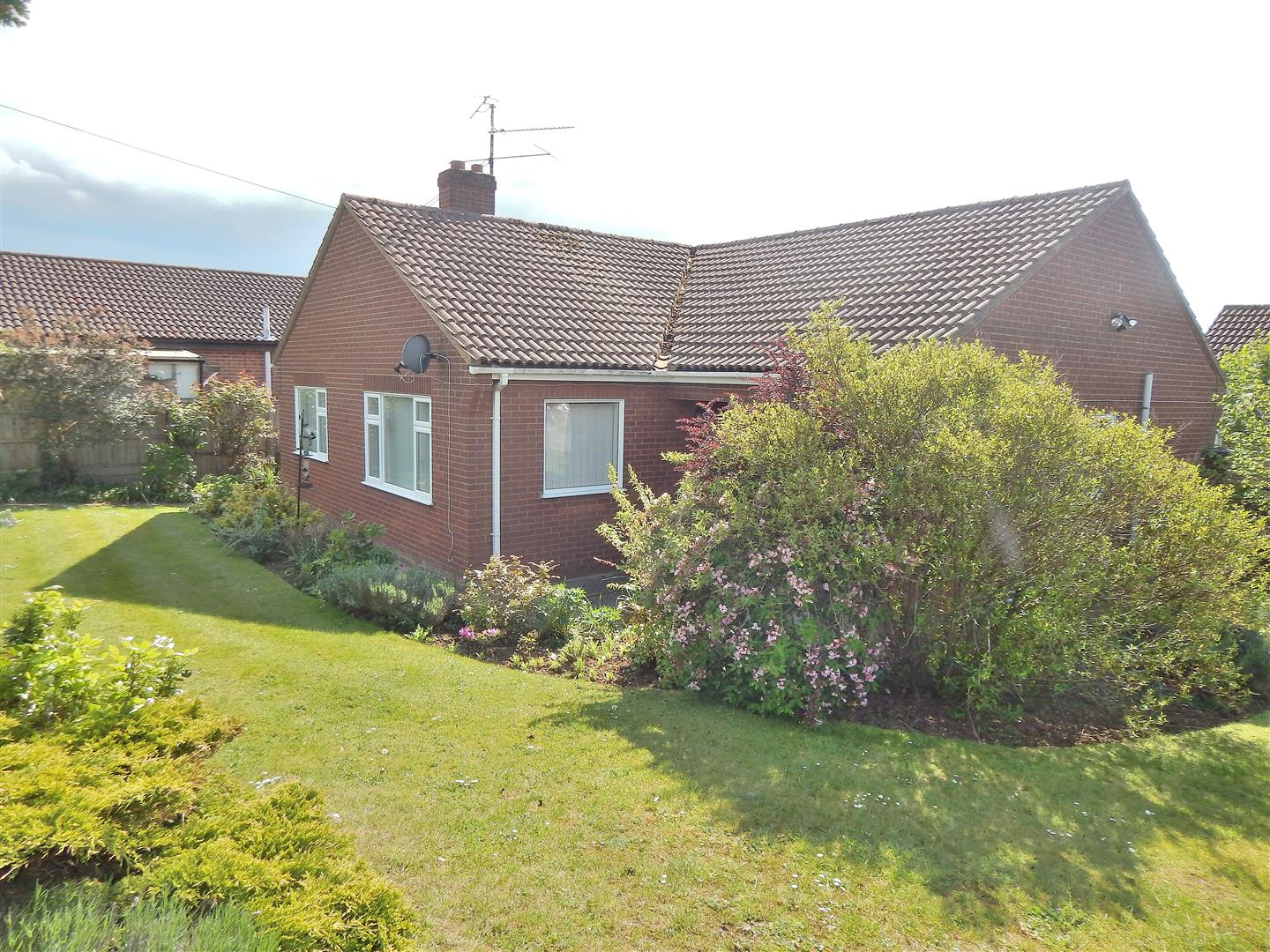 3 bed detached bungalow for sale in Viceroy Close, King's Lynn  - Property Image 1