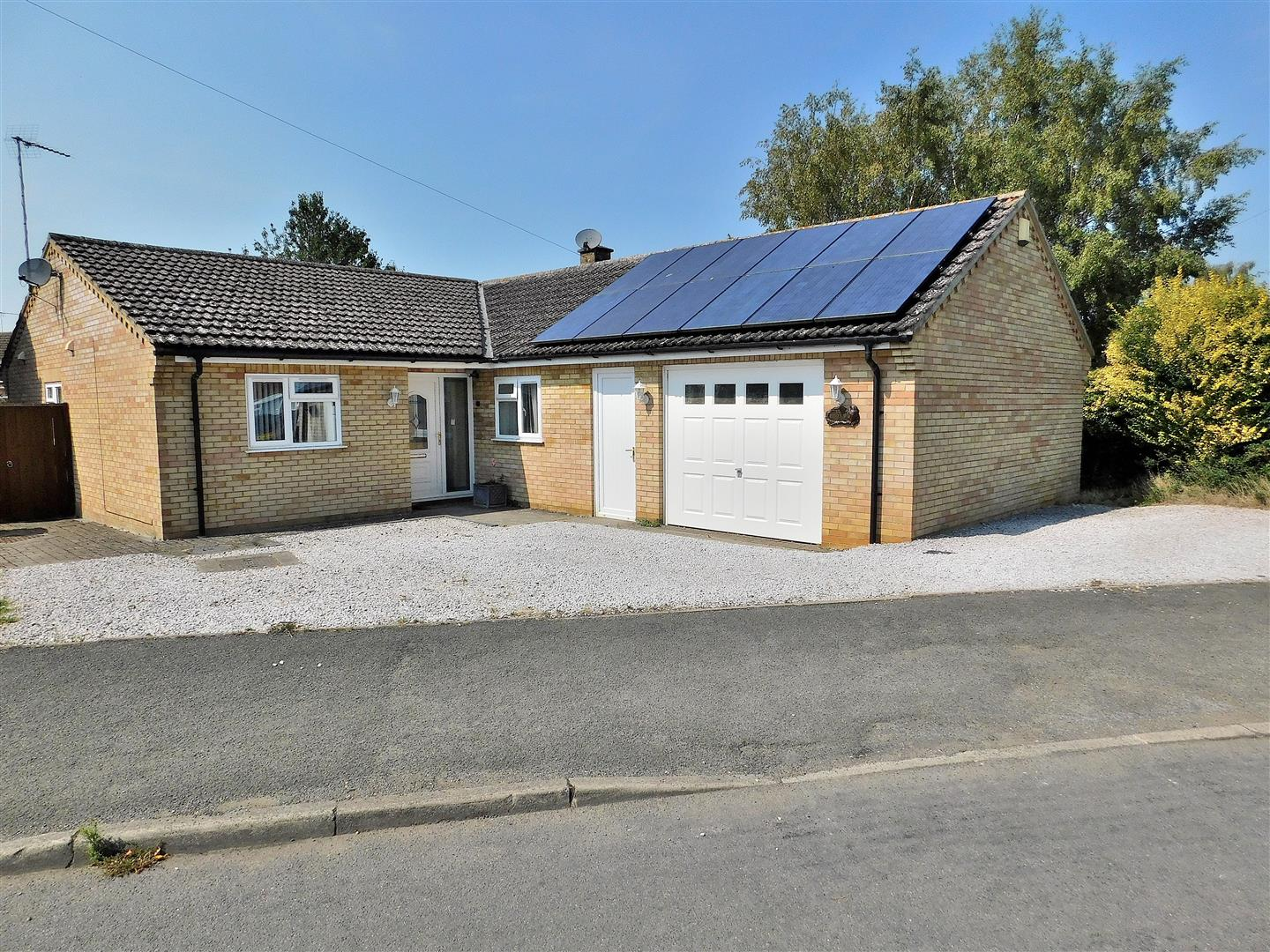 4 bed detached bungalow for sale in King's Lynn, PE30 3EG  - Property Image 1
