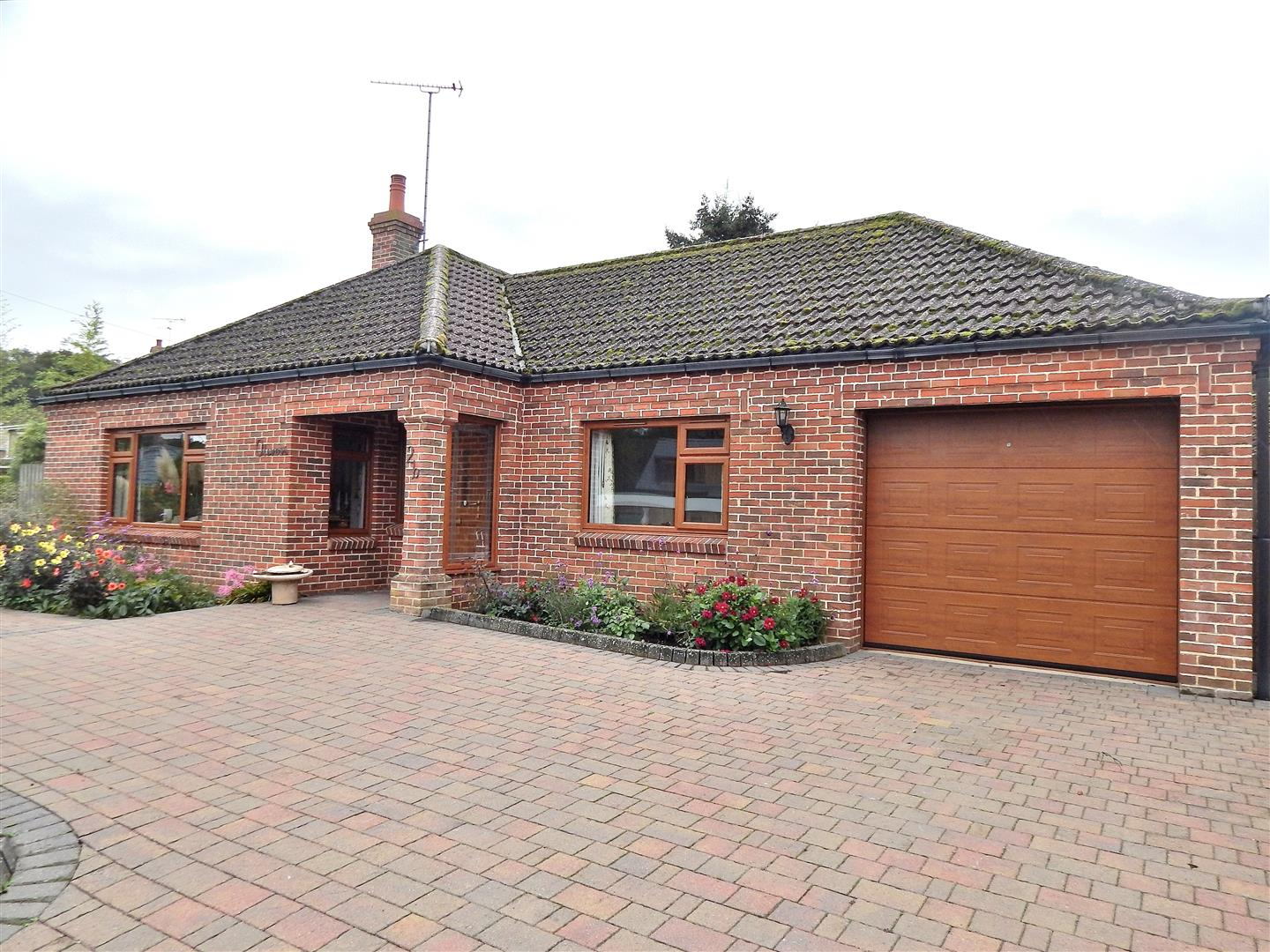 3 bed detached bungalow for sale in Woodside Close, King's Lynn - Property Image 1