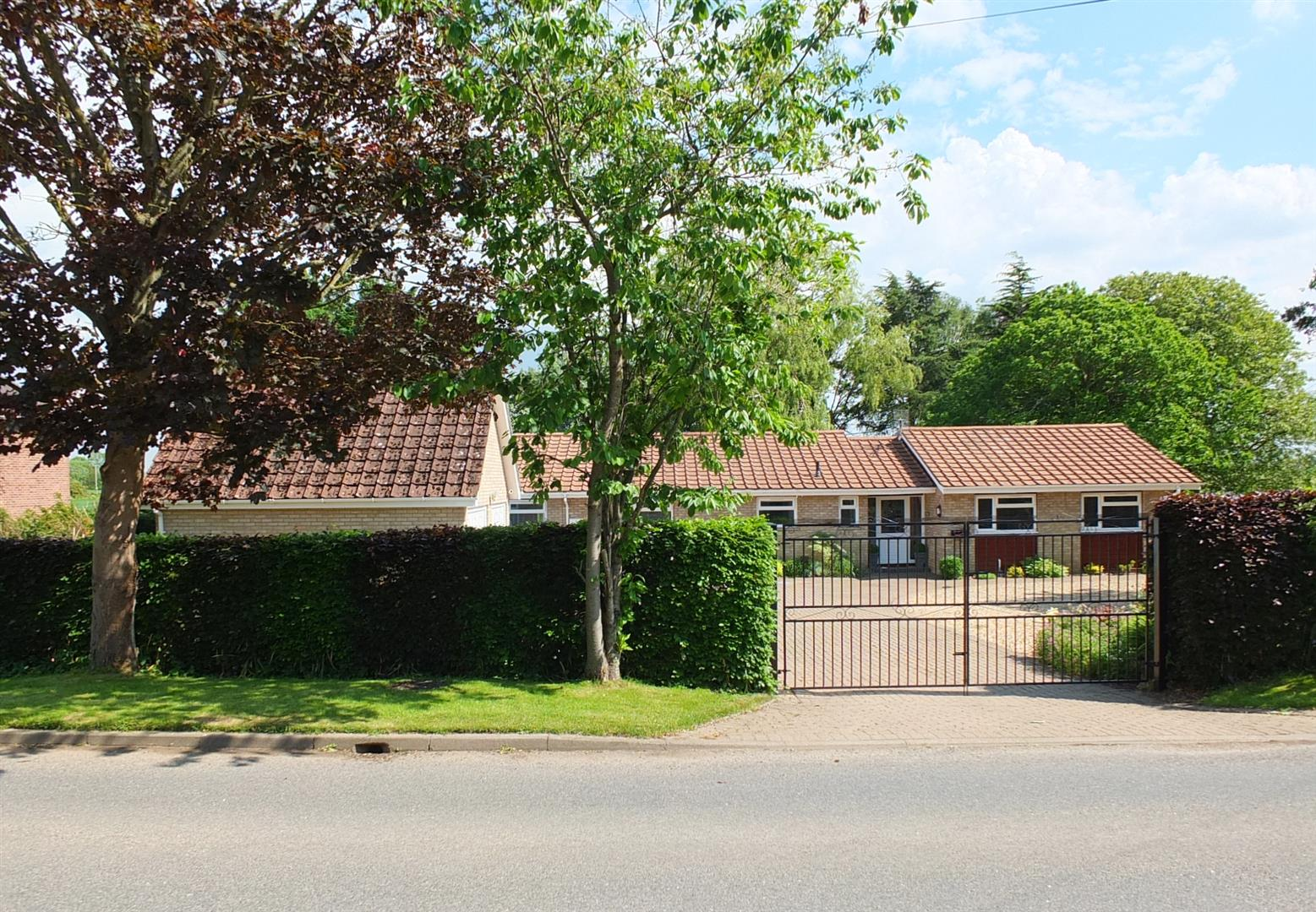 5 bed detached bungalow for sale in Main Street, Gedney Dyke Spalding - Property Image 1