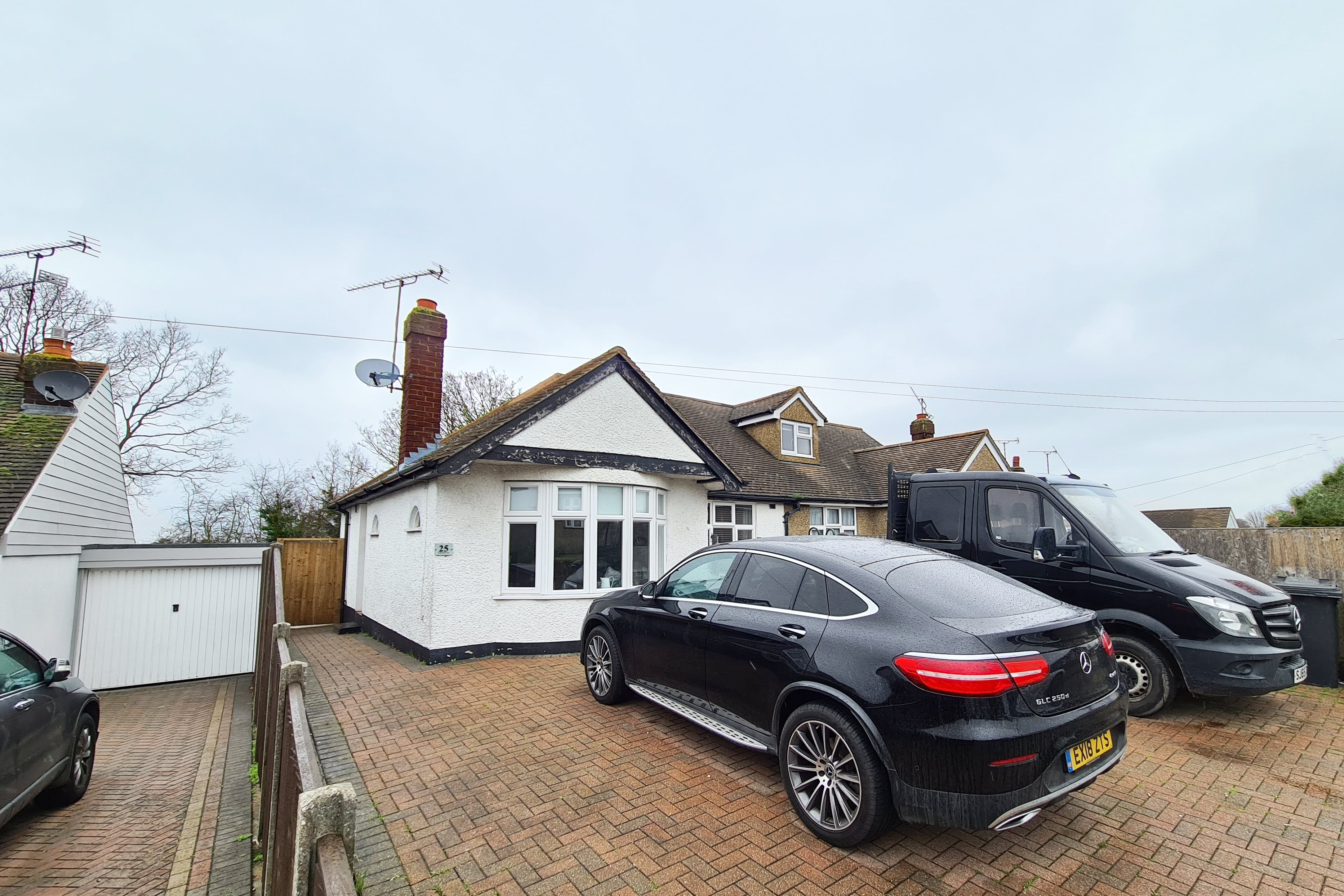 2 bed semi-detached bungalow to rent in Cotswold Avenue, Rayleigh - Property Image 1