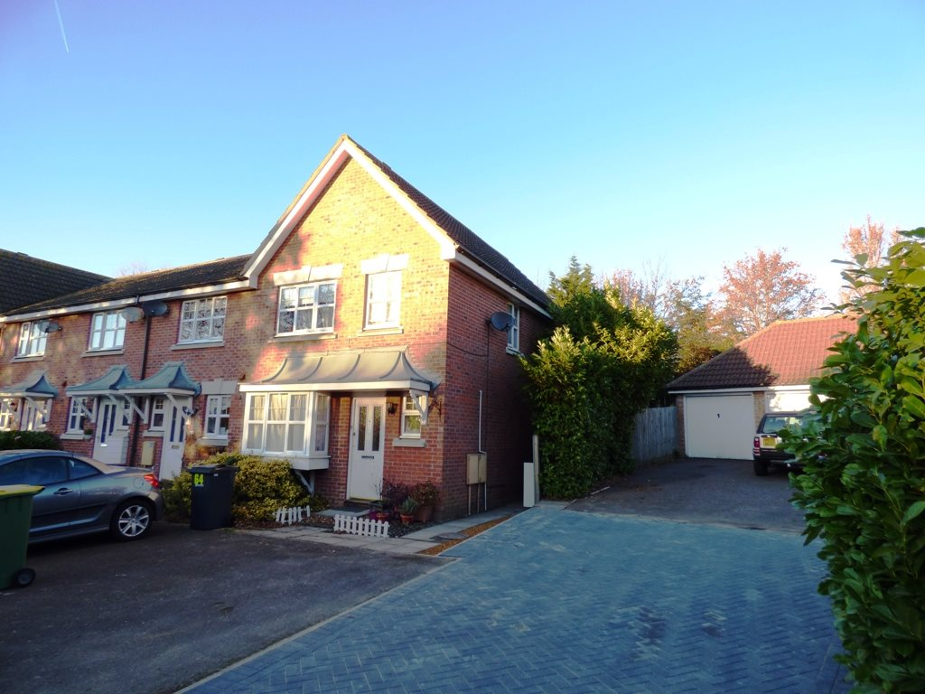 3 bed end of terrace house to rent in Grosvenor Road, Rayleigh  - Property Image 1