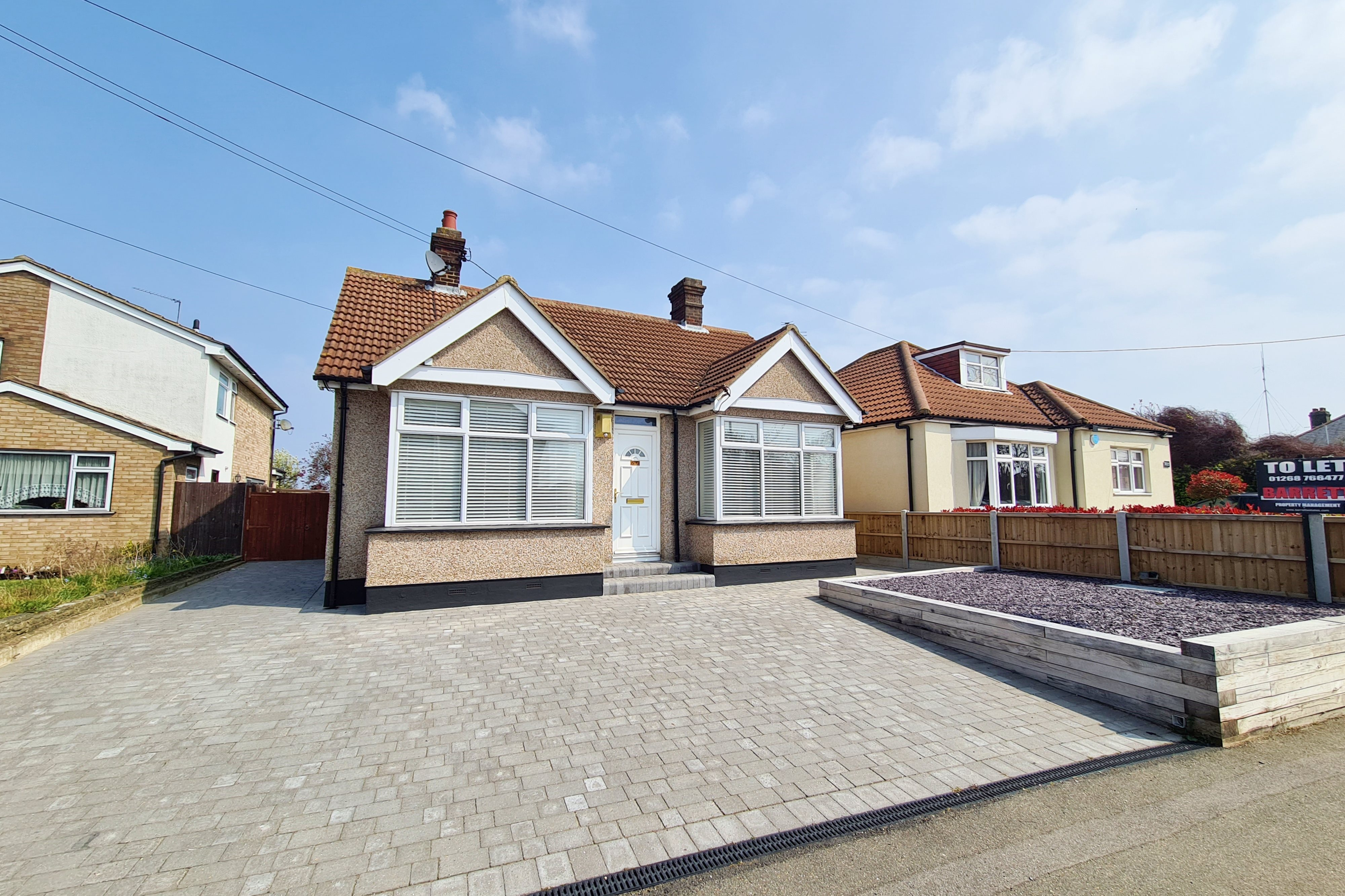 2 bed bungalow to rent in Castle Road, Rayleigh  - Property Image 1