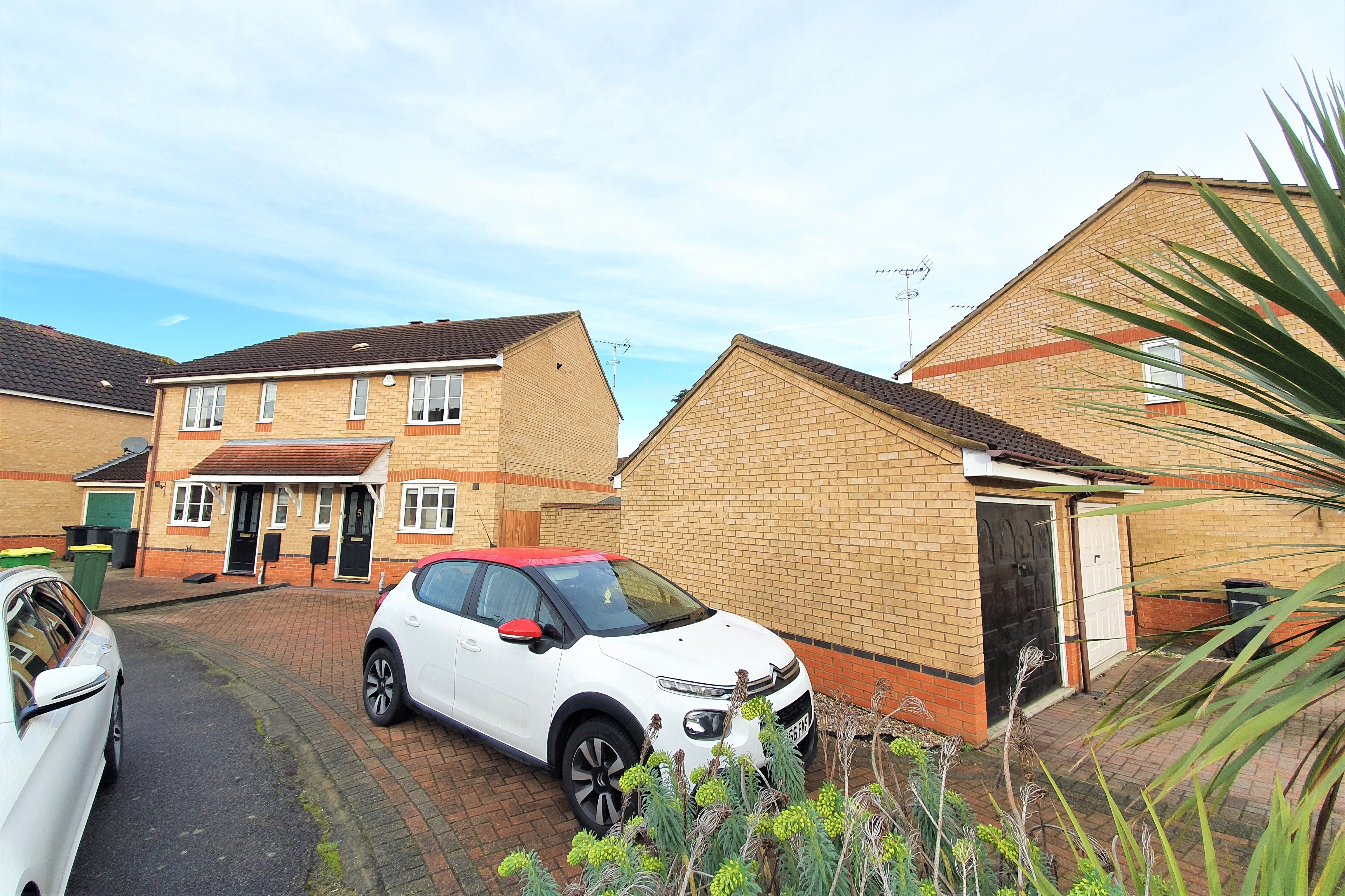 2 bed semi-detached house to rent in Heron Close, Rayleigh, SS6