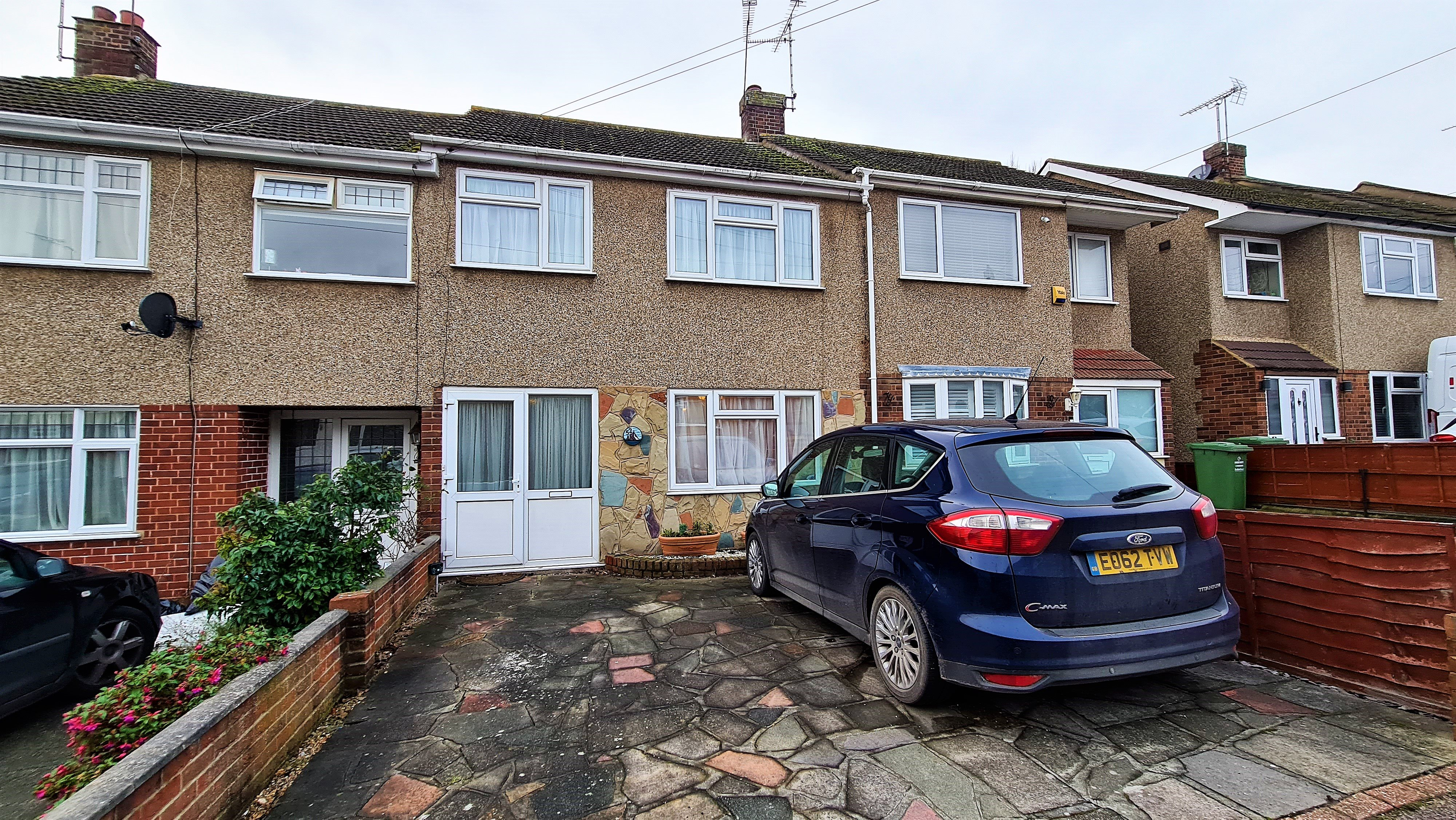 3 bed terraced house to rent in Passingham Avenue, Billericay - Property Image 1