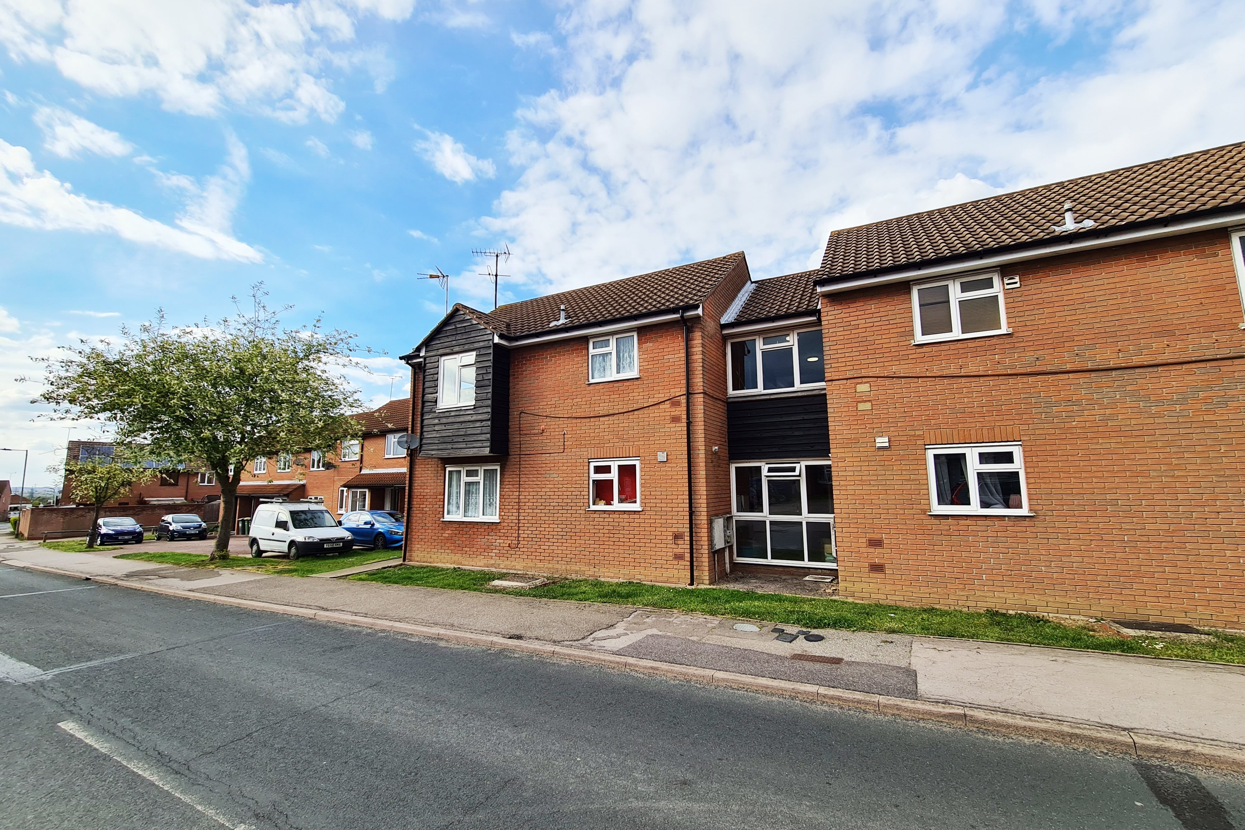 2 bed flat to rent in Bardfield Way, Rayleigh - Property Image 1