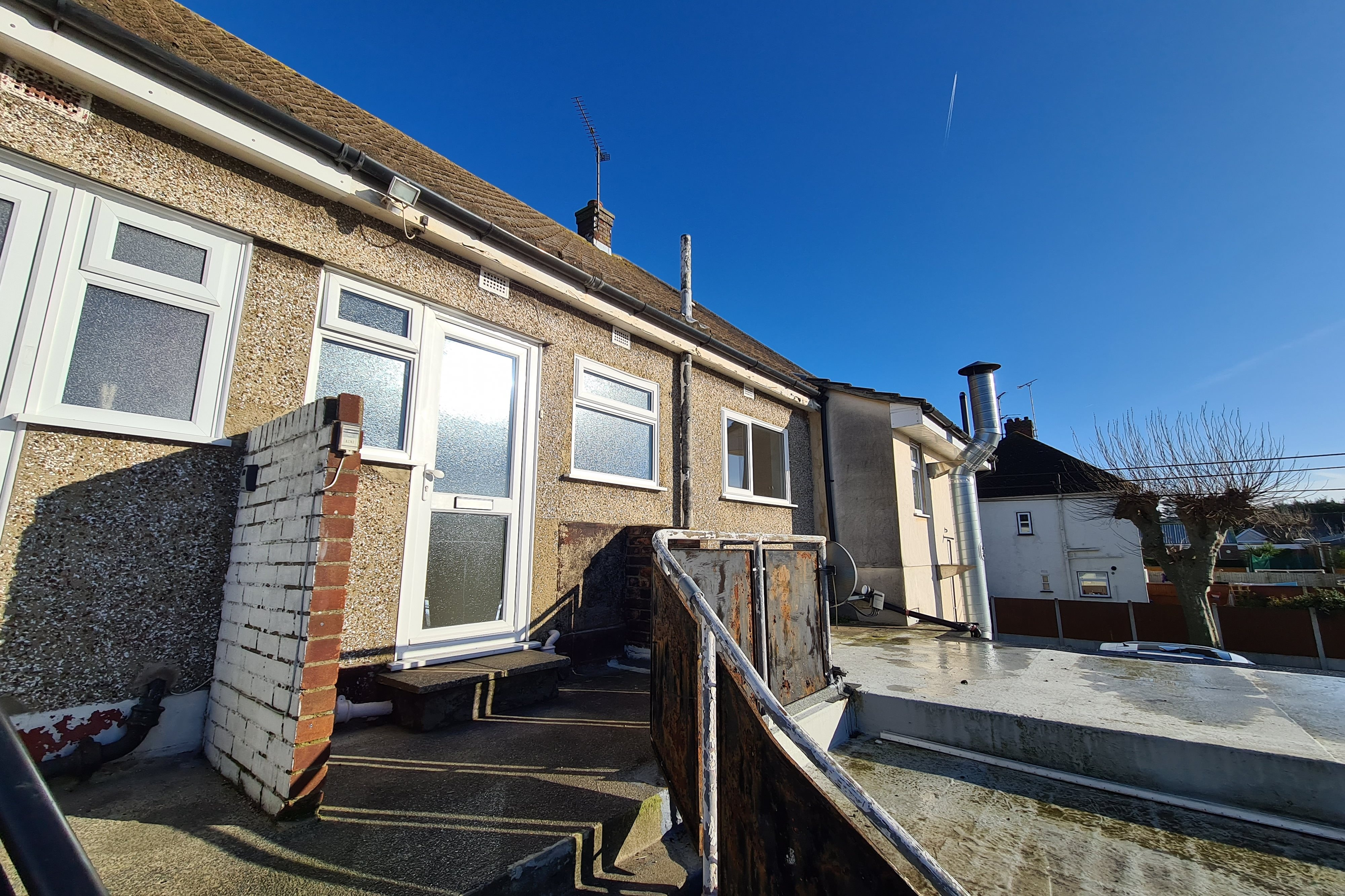 2 bed flat to rent in London Road, Rayleigh  - Property Image 1