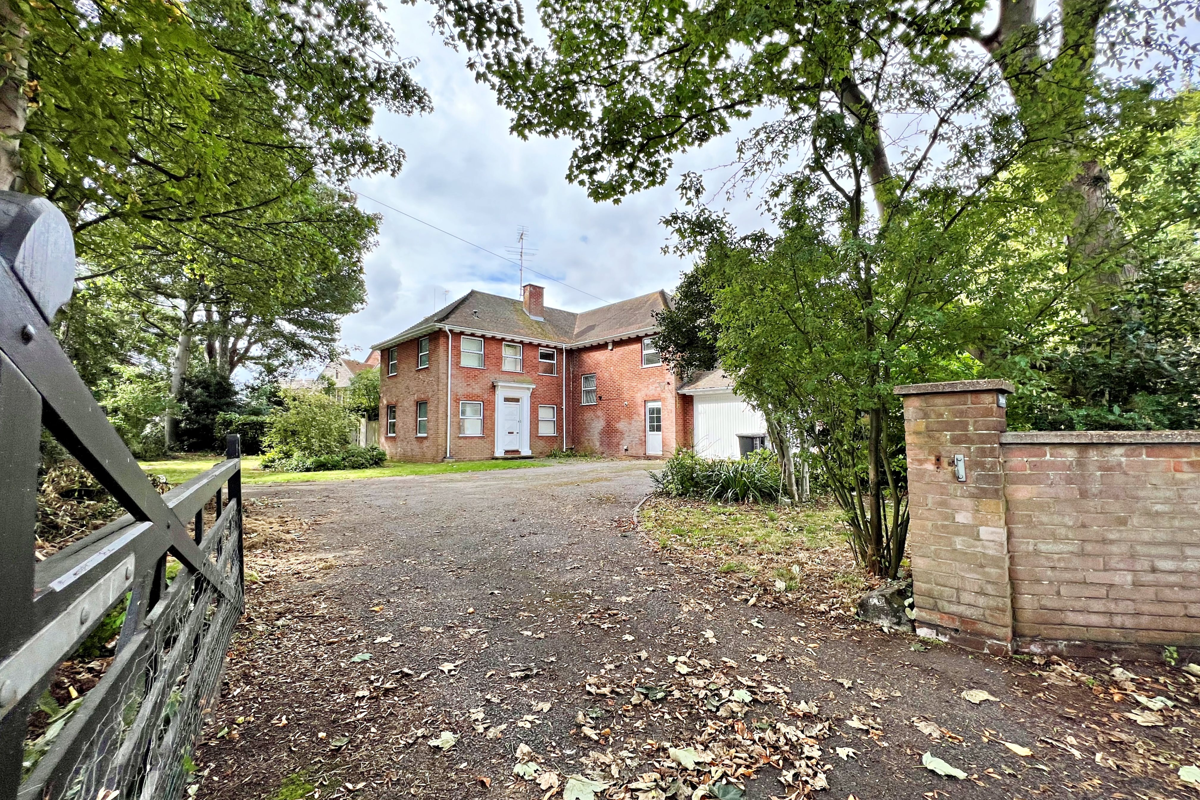 5 bed detached house to rent in The Rectory Hockley Road, Rayleigh, SS6