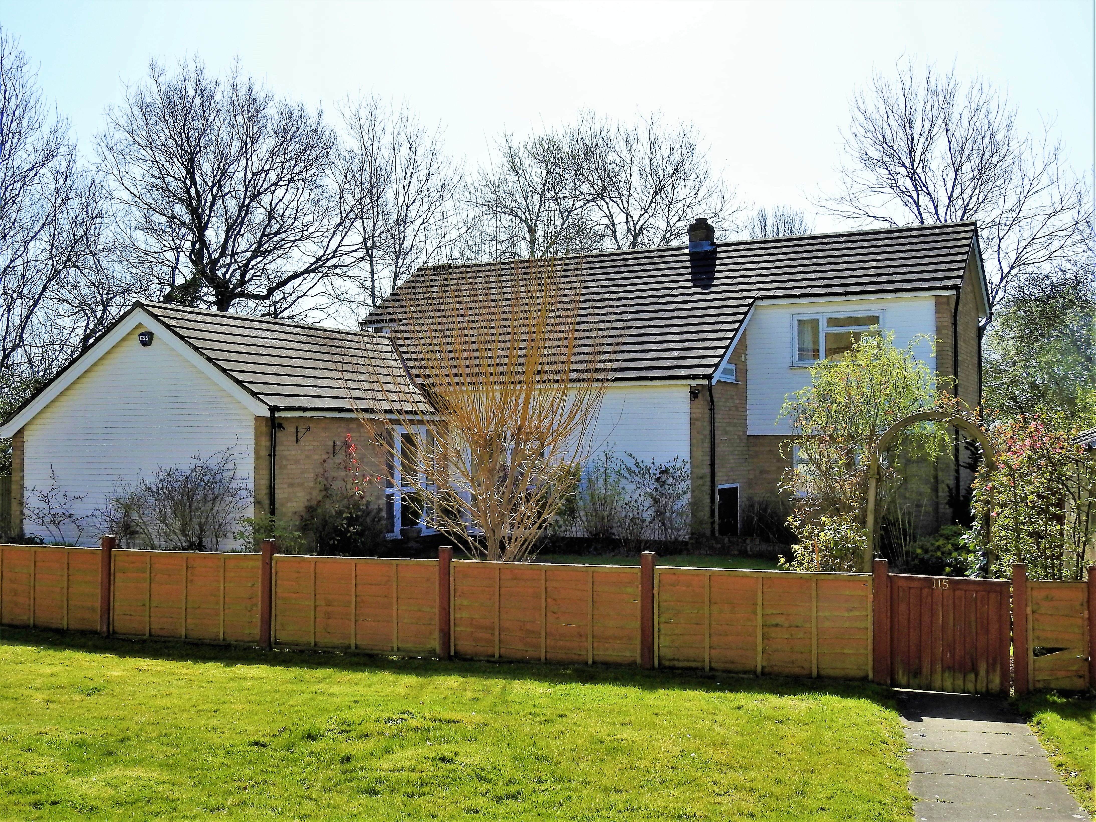 4 bed detached house to rent in Manor Road 0