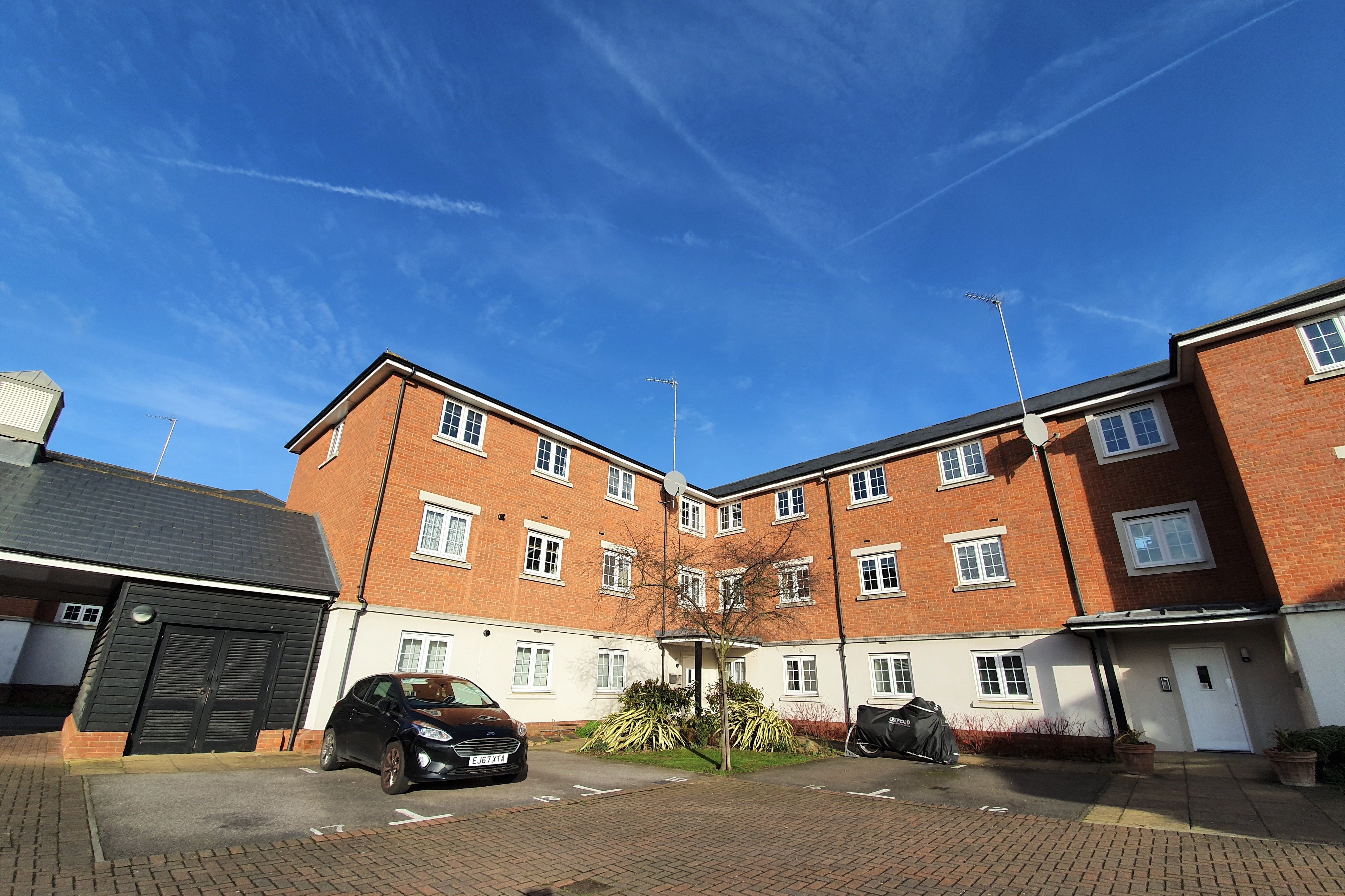 2 bed flat for sale in Salisbury Close, Rayleigh  - Property Image 1