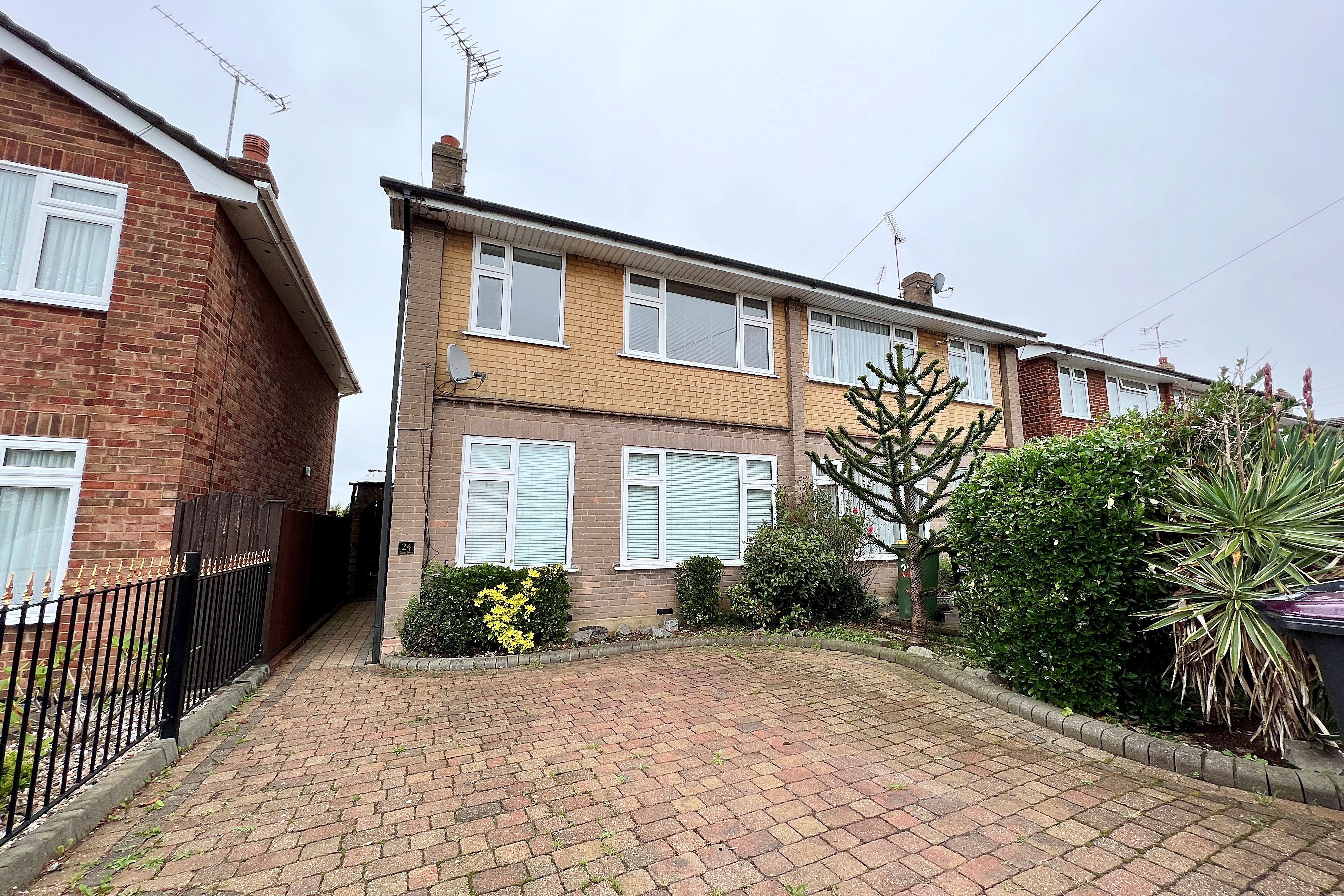 3 bed semi-detached house for sale in Glebe Drive, Rayleigh - Property Image 1