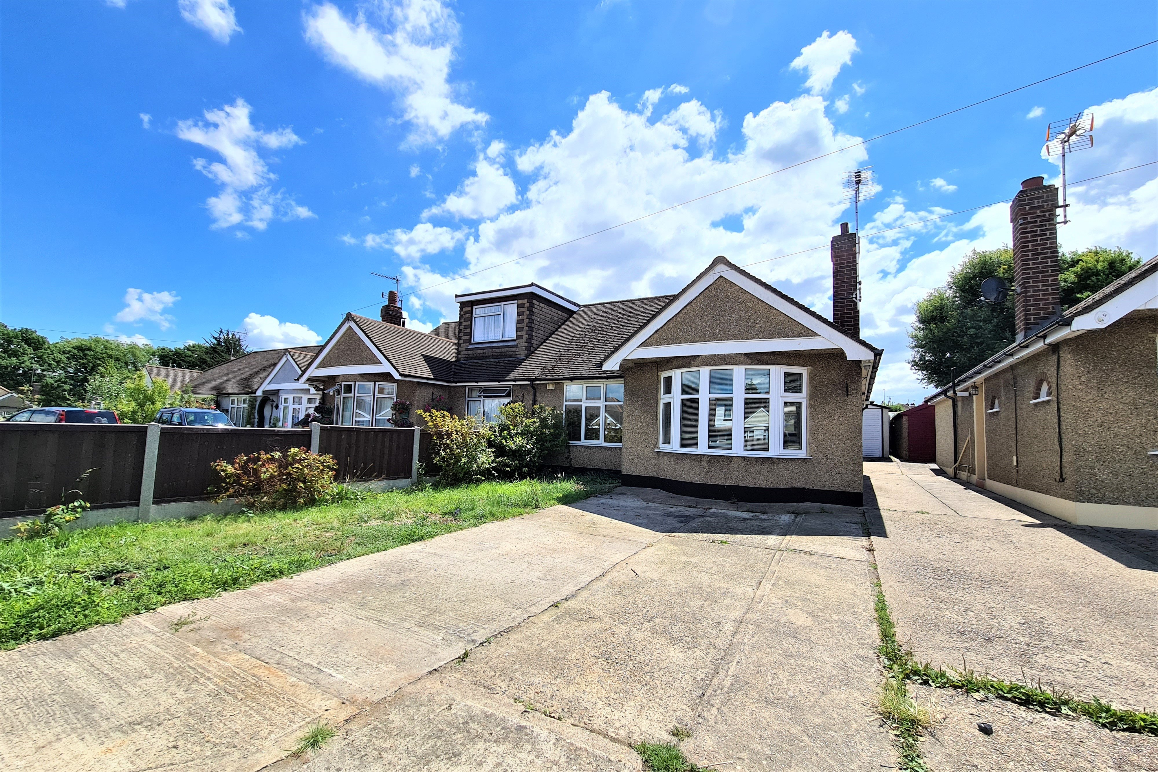 2 bed semi-detached bungalow for sale in Oak Walk, Hockley  - Property Image 1