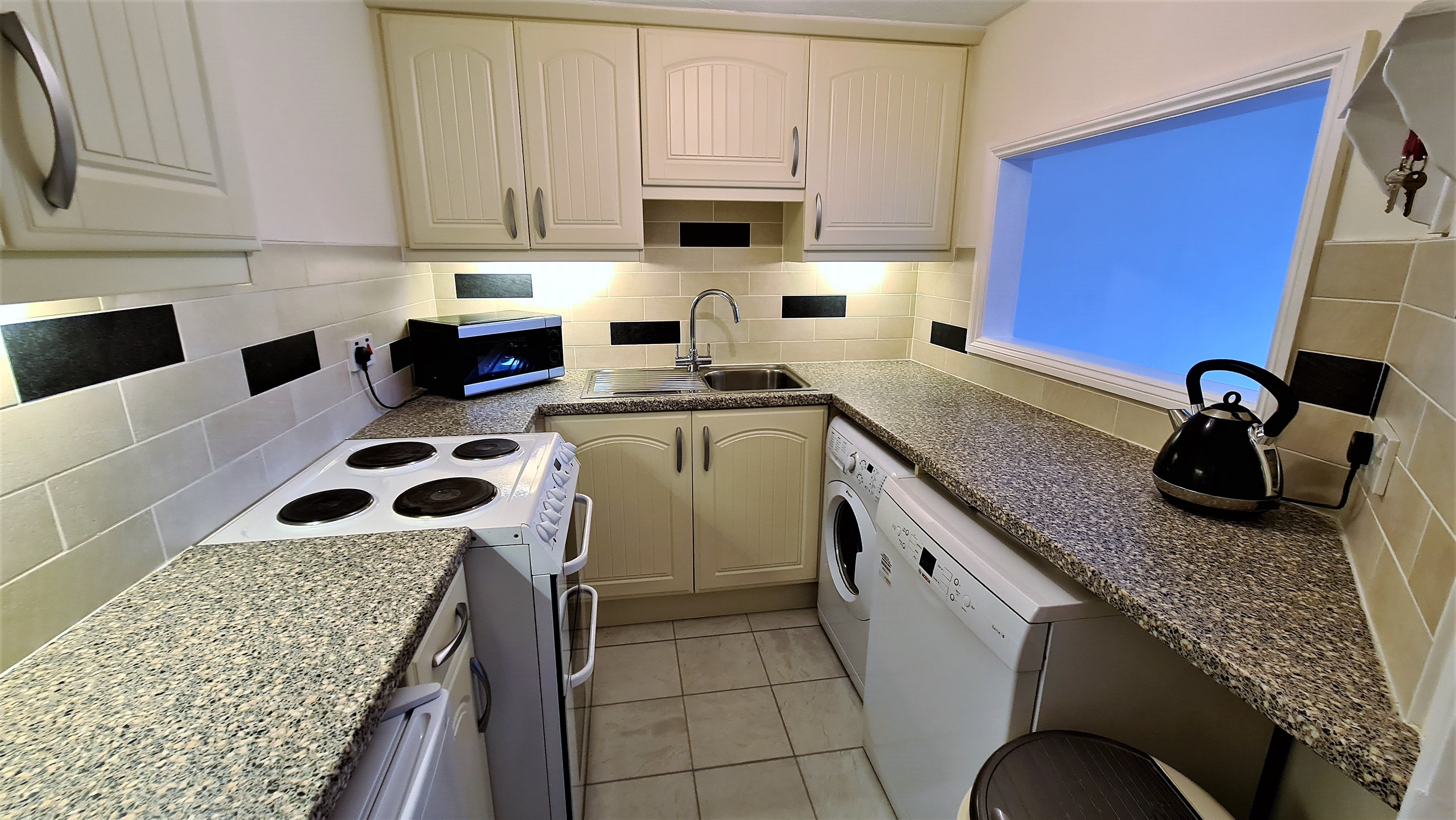 2 bed flat for sale in Orlando Drive, Basildon 2