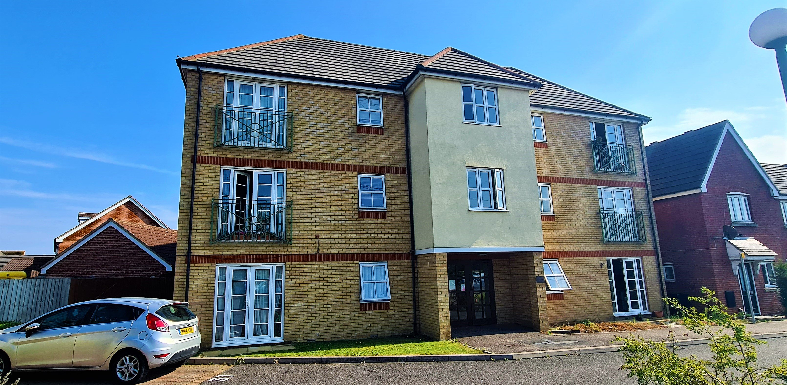 2 bed flat for sale in Rawlyn Close, Chafford Hundred - Property Image 1