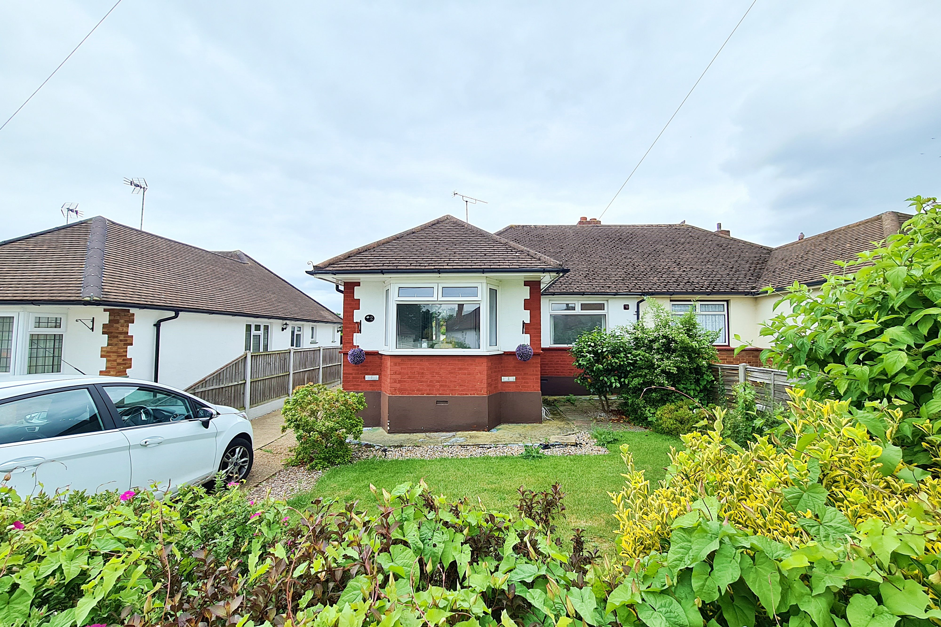 2 bed semi-detached bungalow for sale in Nursery Close, Rayleigh - Property Image 1