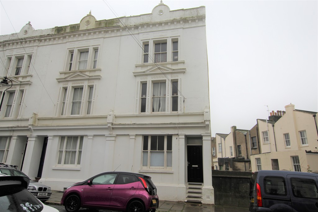 A lovely one bedroom ground floor flat available to let, benefitting from gas central heating, part double glazing, and rear balcony area.Terms: Holding deposit: £125.00 First months' rent: £550.00 Deposit: £550.00 Minimum annual income: £16,500.00