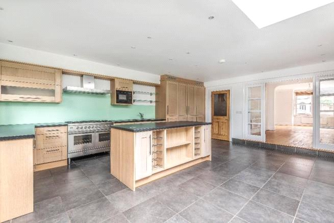 4 bed house to rent in Carnarvon Road, High Barnet 2