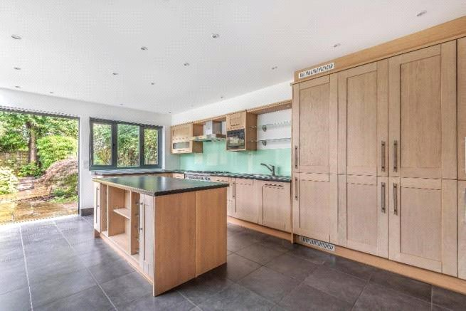 4 bed house to rent in Carnarvon Road, High Barnet 1