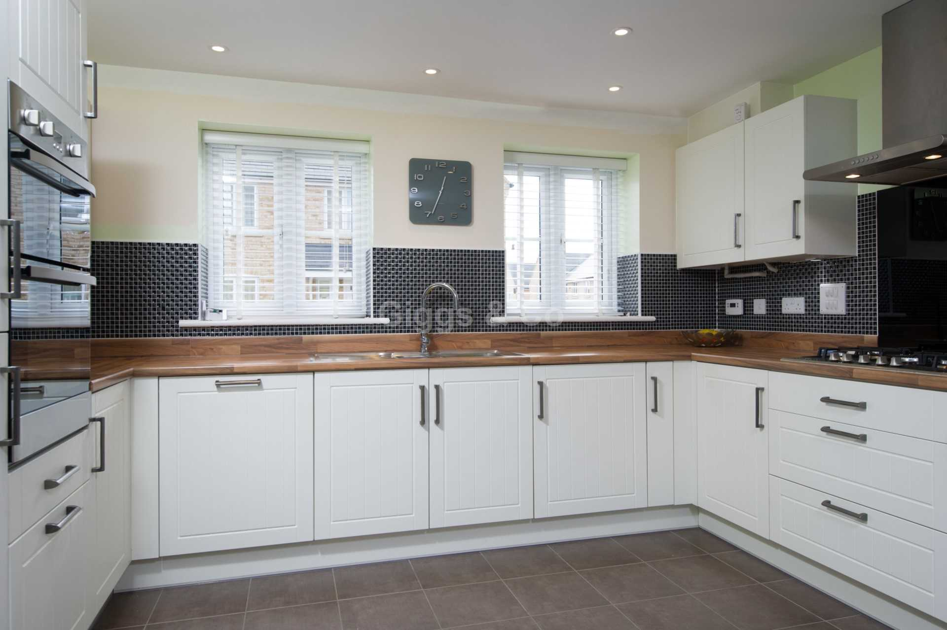4 bed detached house to rent in Waterland, St. Neots 1