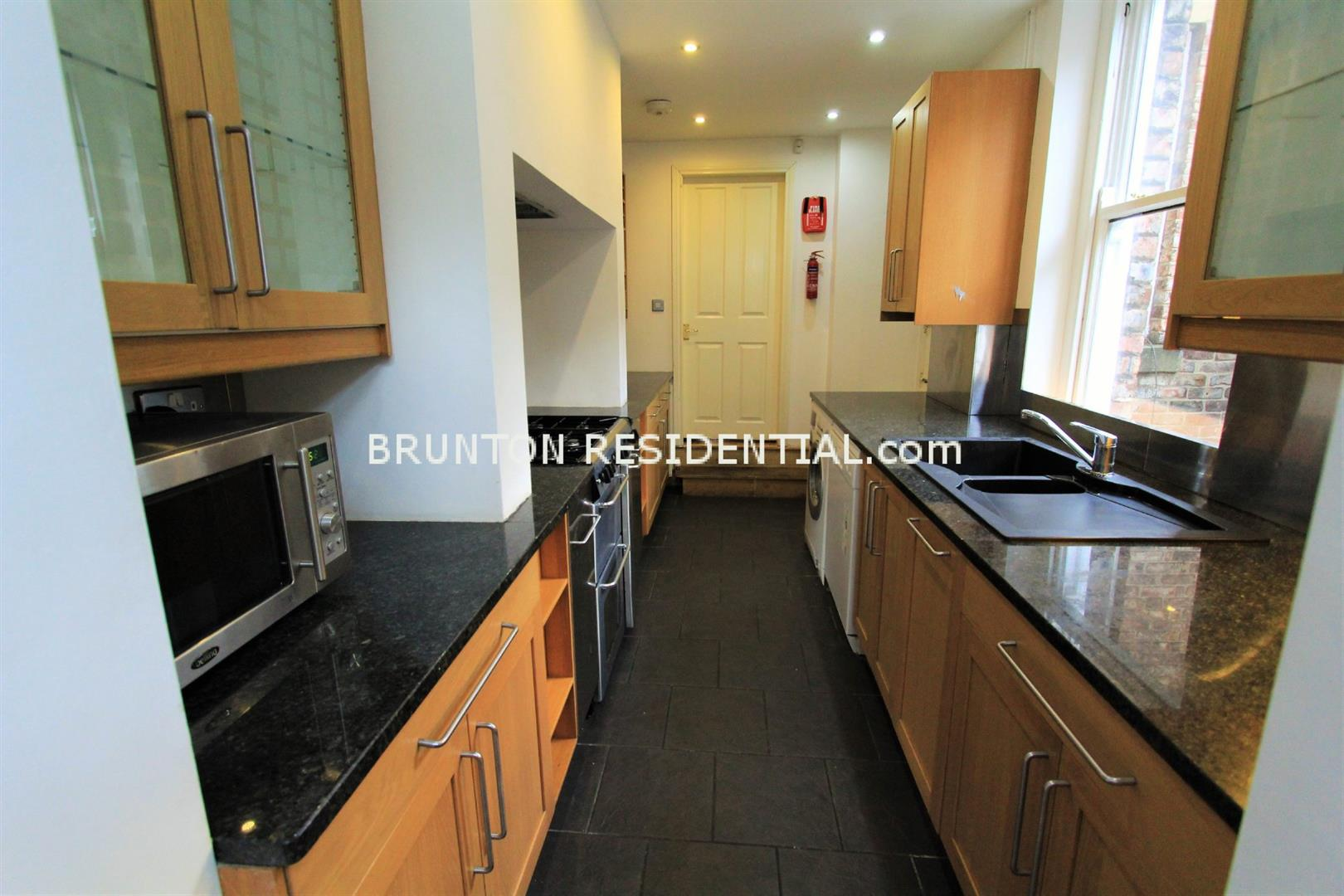 6 bed terraced house to rent in Claremont Street, Spital Tongues 2