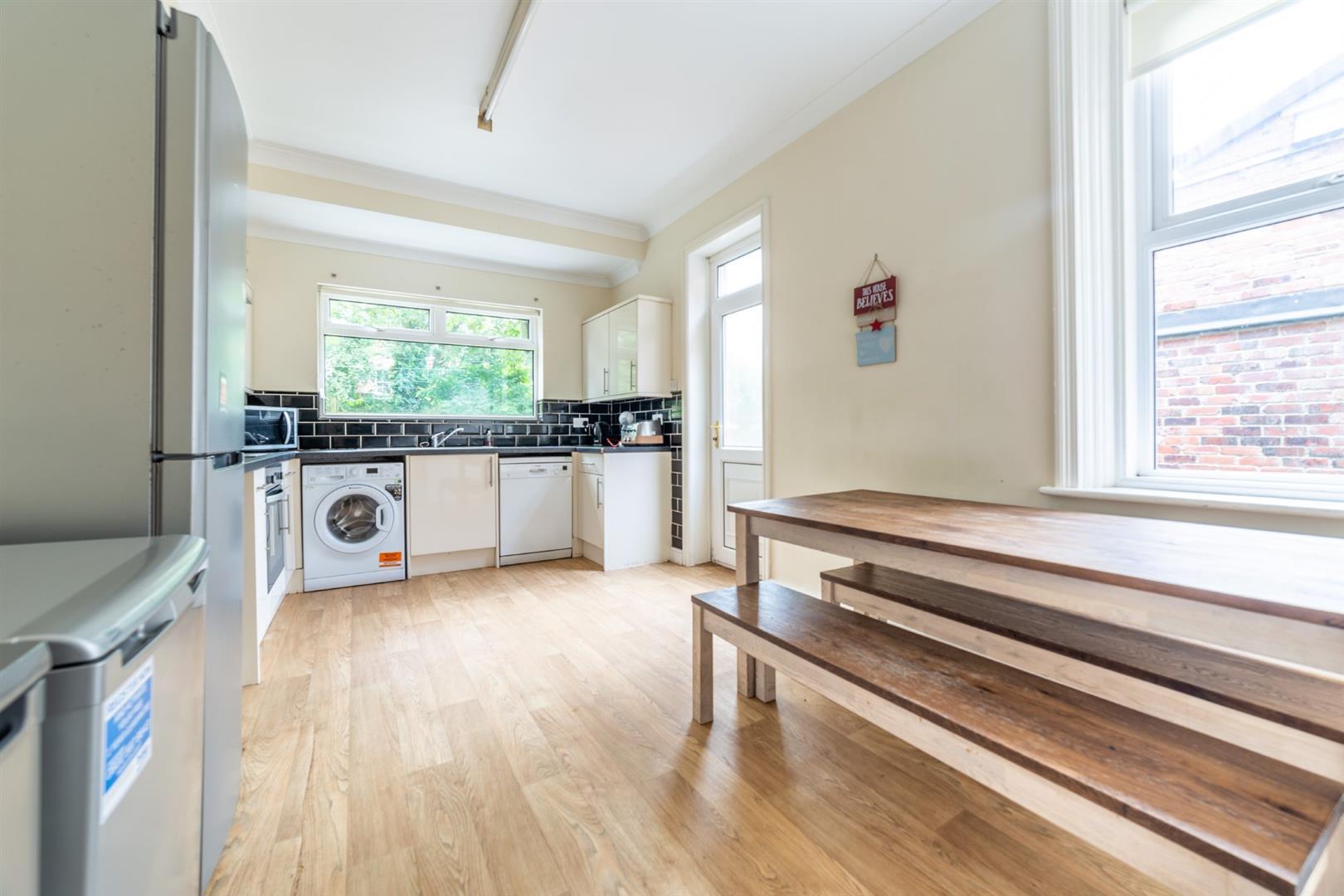 6 bed semi-detached house to rent in Osborne Road, Jesmond 1