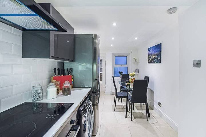 1 bed studio flat to rent in North End Road, West Kensington, London 2