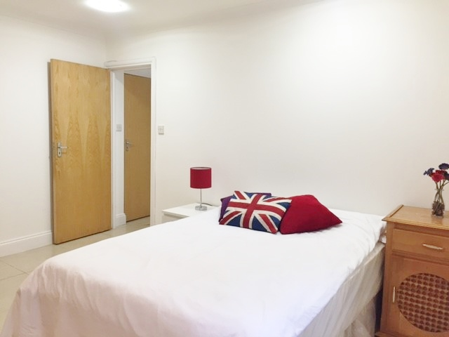 3 bed flat to rent in North End Road, West Kensington, London 1