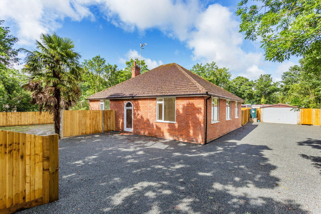 4 bed bungalow to rent in  Reigate Road,  Reigate, RH6, RH6