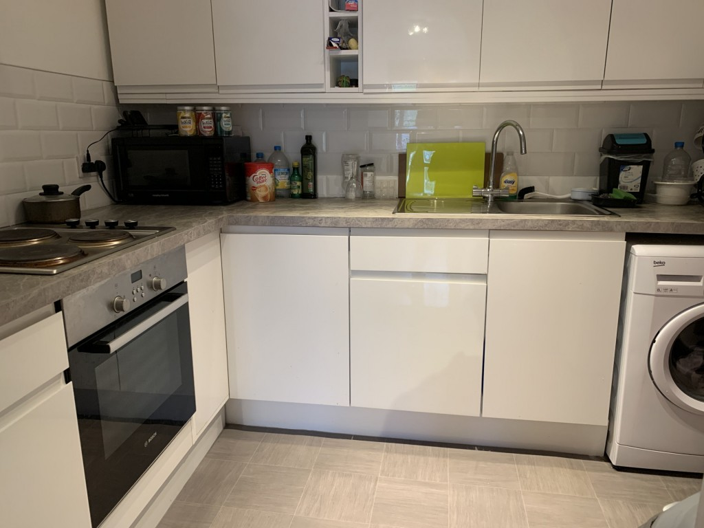 1 bed flat to rent in  29 Wilton Road,  Redhill, RH1 1