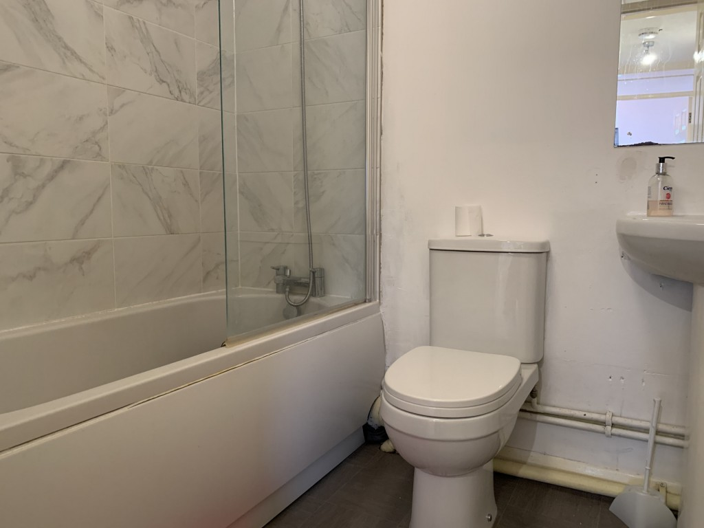 1 bed flat to rent in  29 Wilton Road,  Redhill, RH1 3