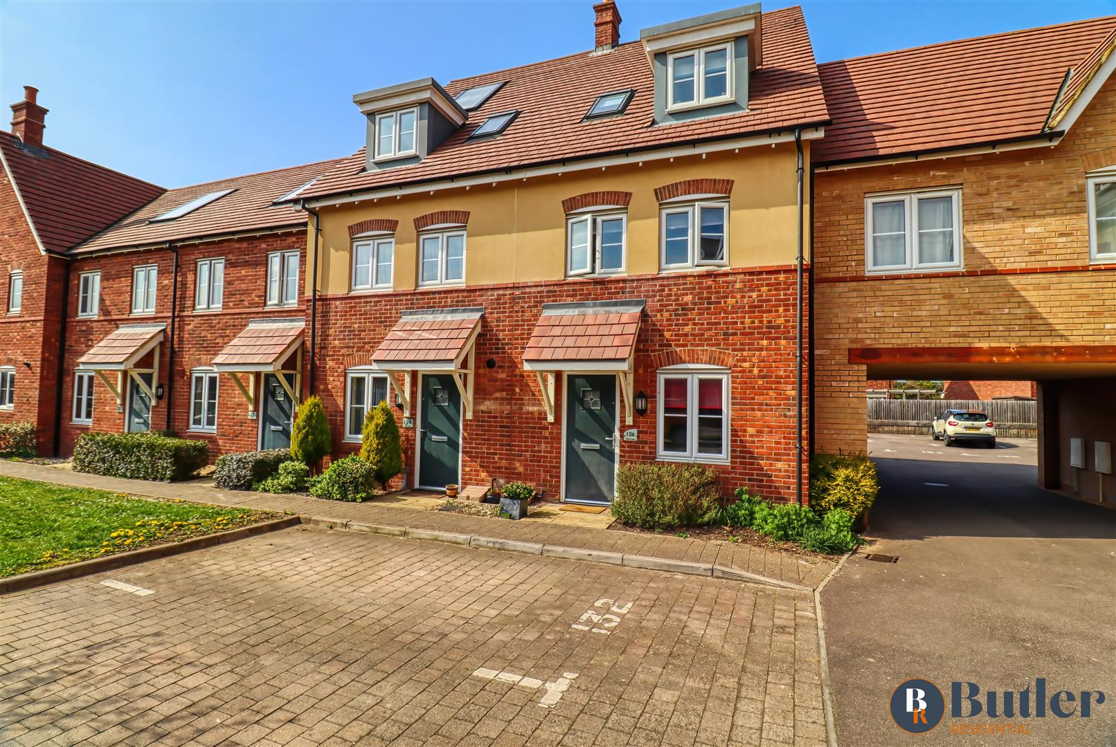 3 bed town house for sale in Hilton Close, Bedford - Property Image 1