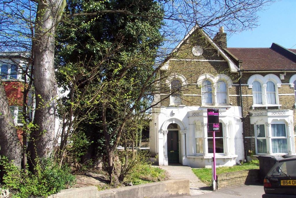 Located in a cul-de-sac within easy reach of Lewisham town centre, mainline train station & DLR is this lovely one bedroom ground floor conversion flat  which benefits from its own private garden. Own entrance hall, 15'2  x 12'4 Living room, 12'3 x 10'3 bedroom with French doors leading to garden, 10'5 x 9'2 recently fitted modern kitchen with stainless steel appliances and a fitted bathroom with a modern white suite. The property further benefits from gas central heating.  Super for Lewisham High Street.
