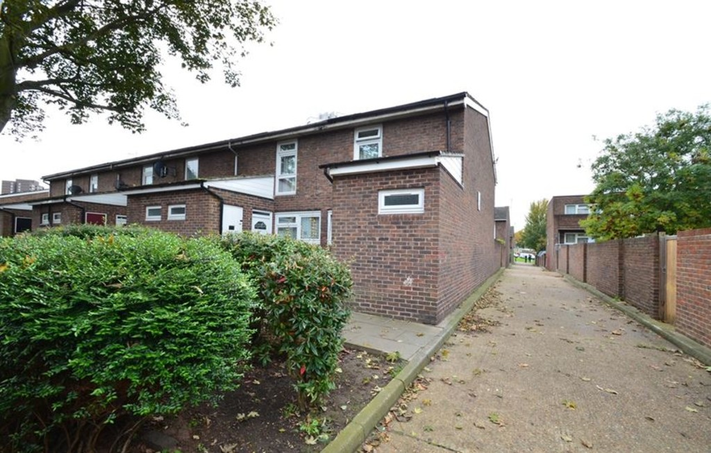 GUIDE PRICE £340,000 - £350,000.  Situated within easy reach of Woolwich Town Centre, Station, DLR, and Crossrail (2018) is this 2 bedroom 1970's built house. This property is double glazed, has a 1st floor bathroom, and a 19ft kitchen/ diner. The property also has central heating, a ground floor w.c and is offered chain free.